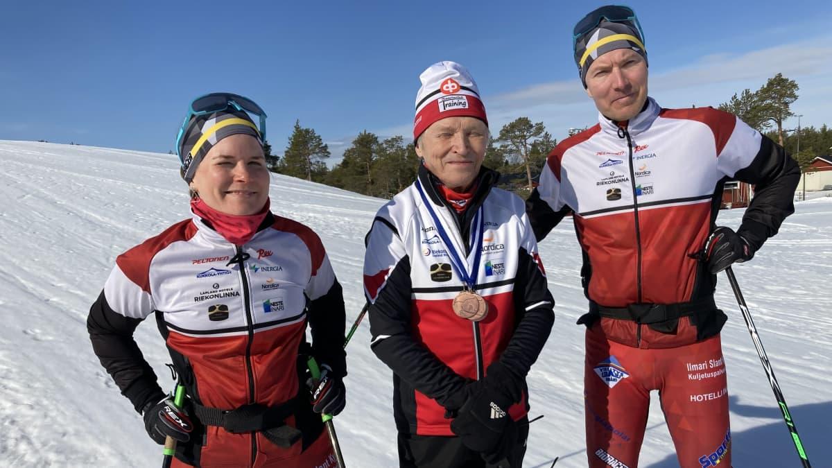 Hiihtäjät TIina ja Reima Idström sekä valmentaja Kari Kyrö.