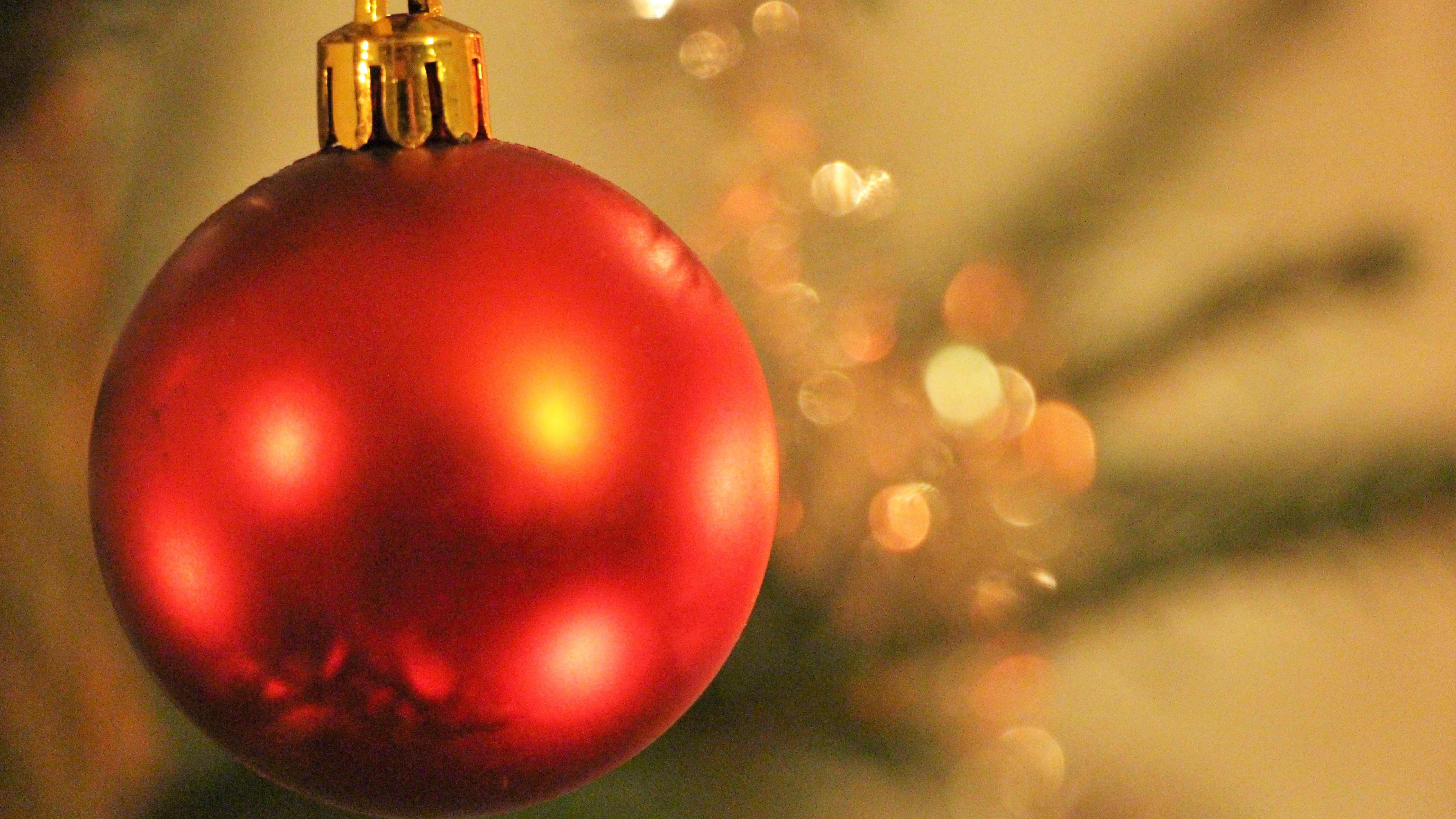 Punainen koristepallo joulukuusessa.