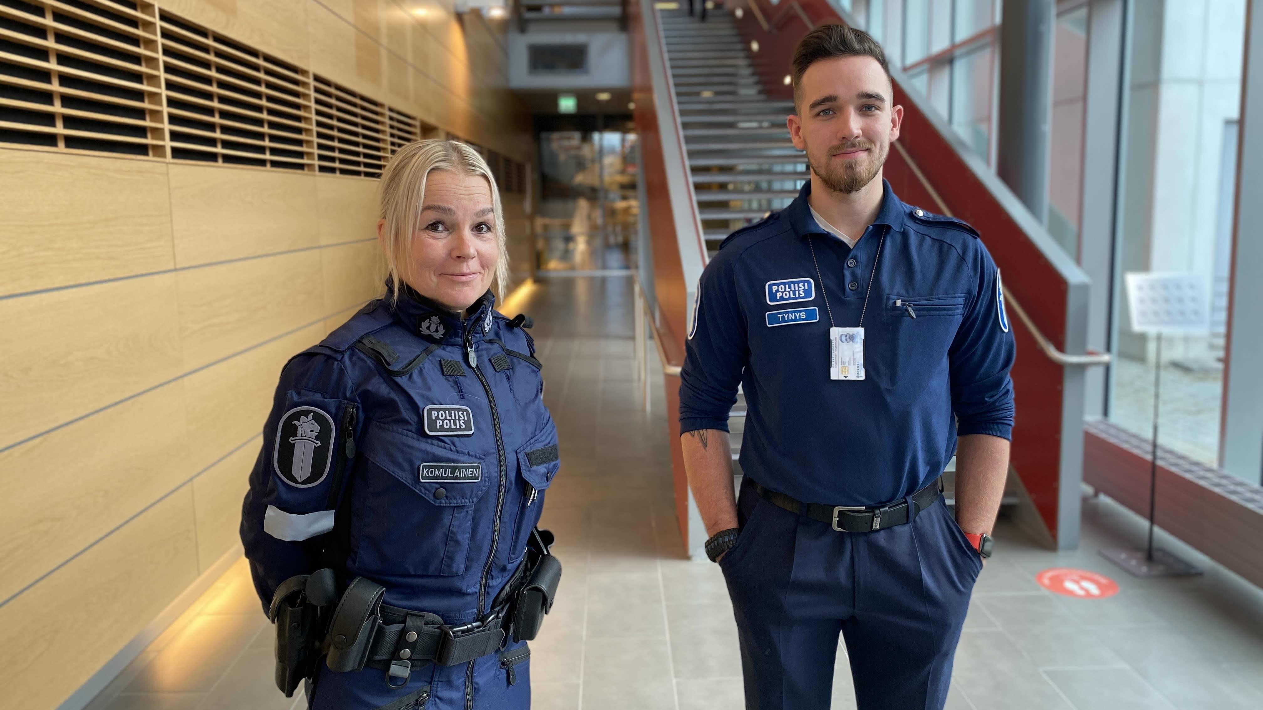 Poliisiammattikorkeakoulun 2. vuoden opiskelijat Heta Komulainen ja Valtteri Tynys.