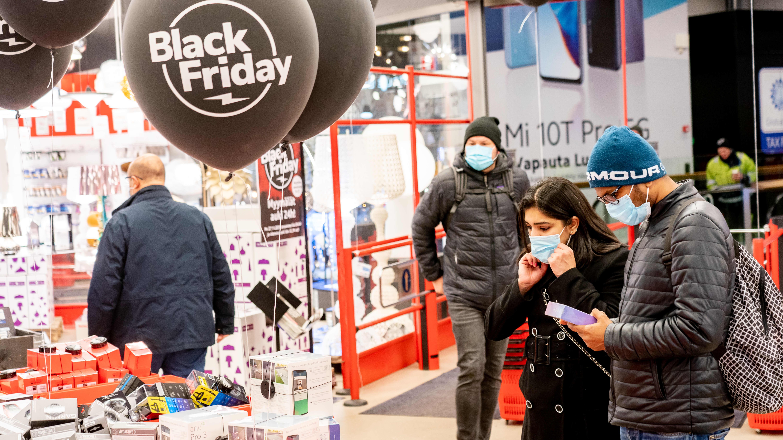 Asiakkaita ostoksilla kasvomaskeissa Verkkokauppa.comin myymälässä Black Friday-päivänä.