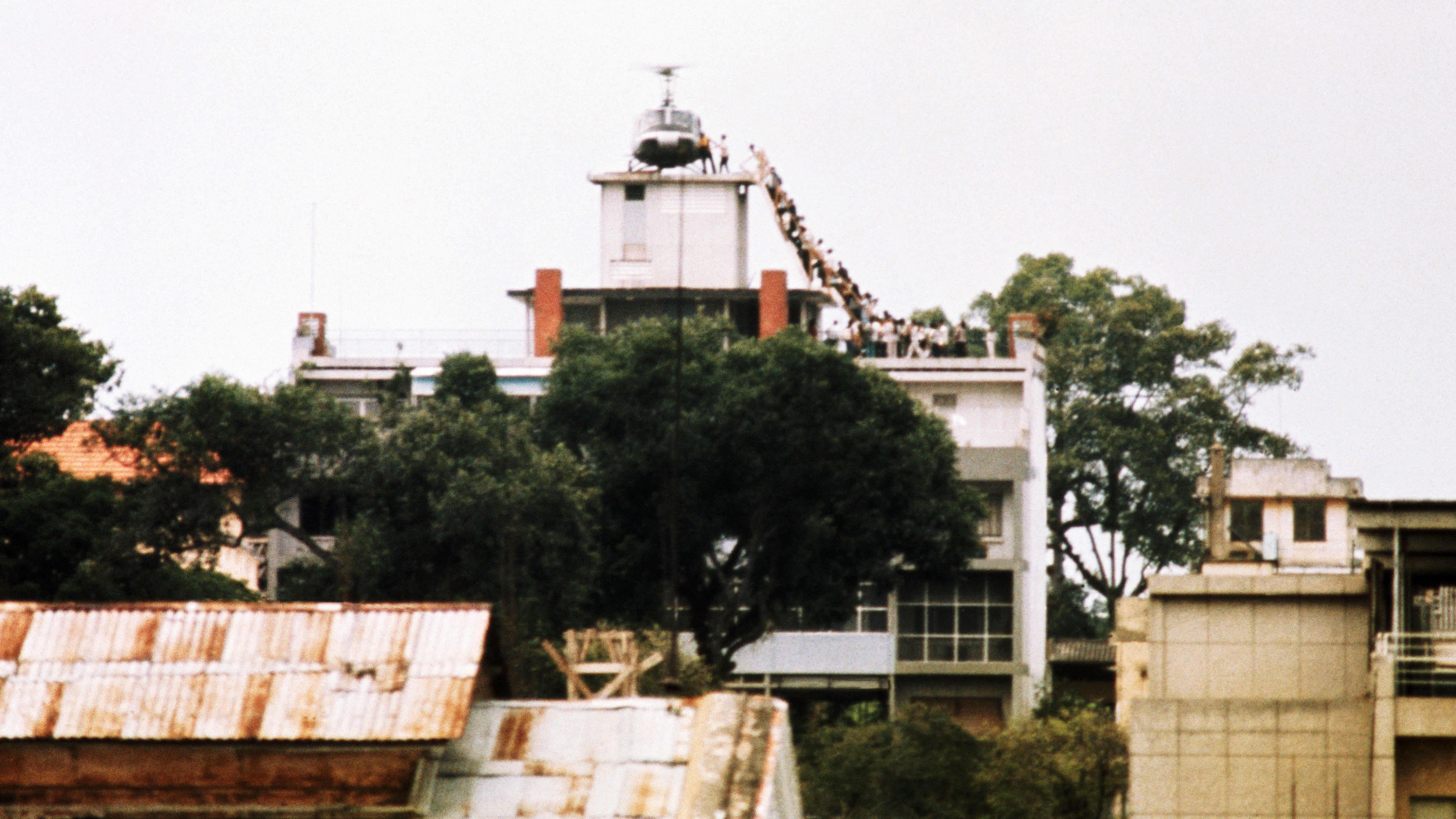 Ihmisiä evakuoidaan talon katolta helikopteriin.