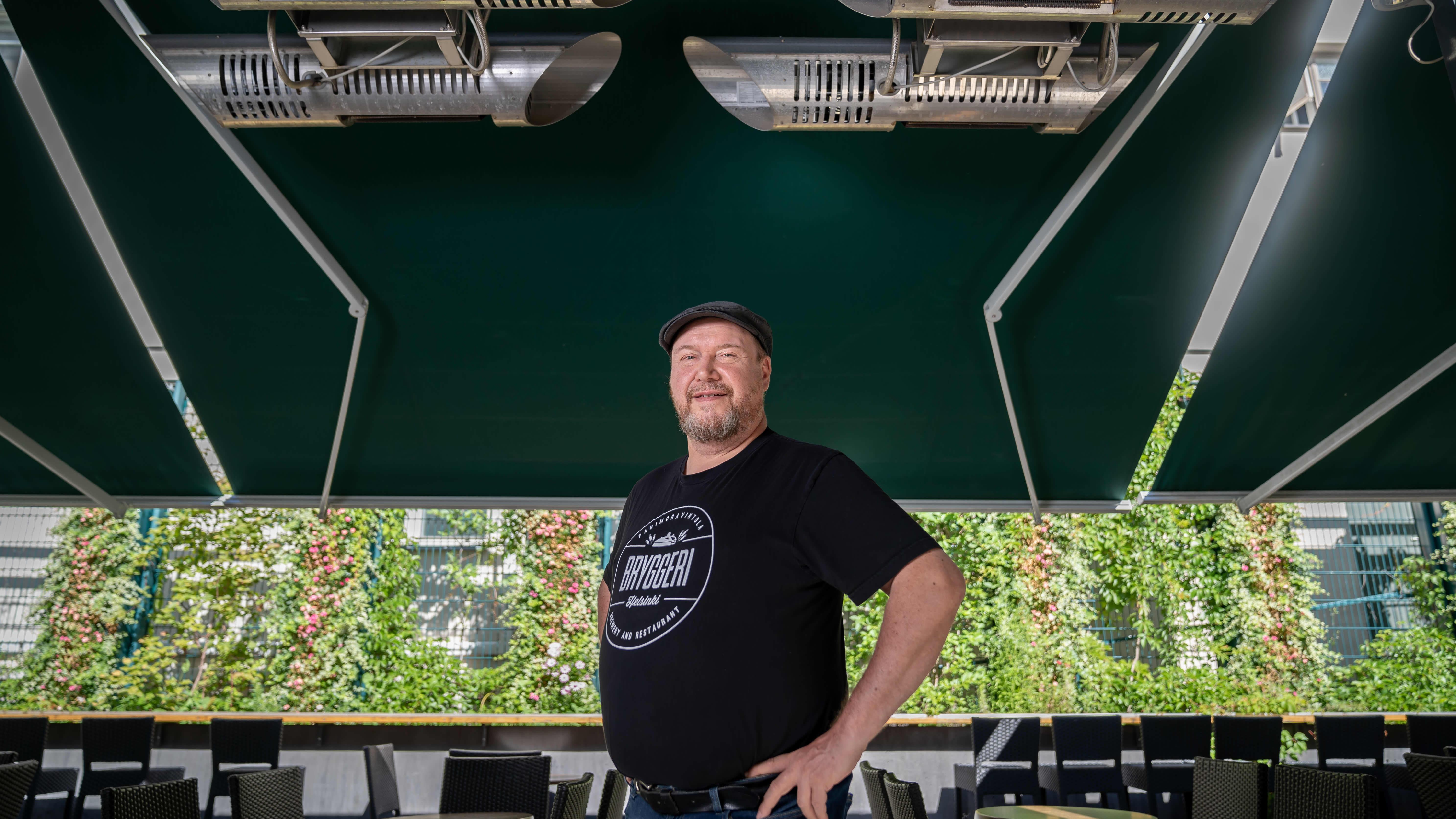 Panimoravintola Bryggeri Helsingin toimitusjohtaja Olli Majanen terassilämmittimien alla, Helsinki, 10.8.2020.
