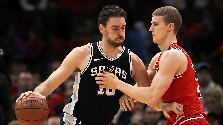 Pau Gasol (vas.) pelasi kolme kautta uransa loppuvaiheessa San Antonio Spursissa. Vastassa tällä kertaa Bulls-paidassa Lauri Markkanen.