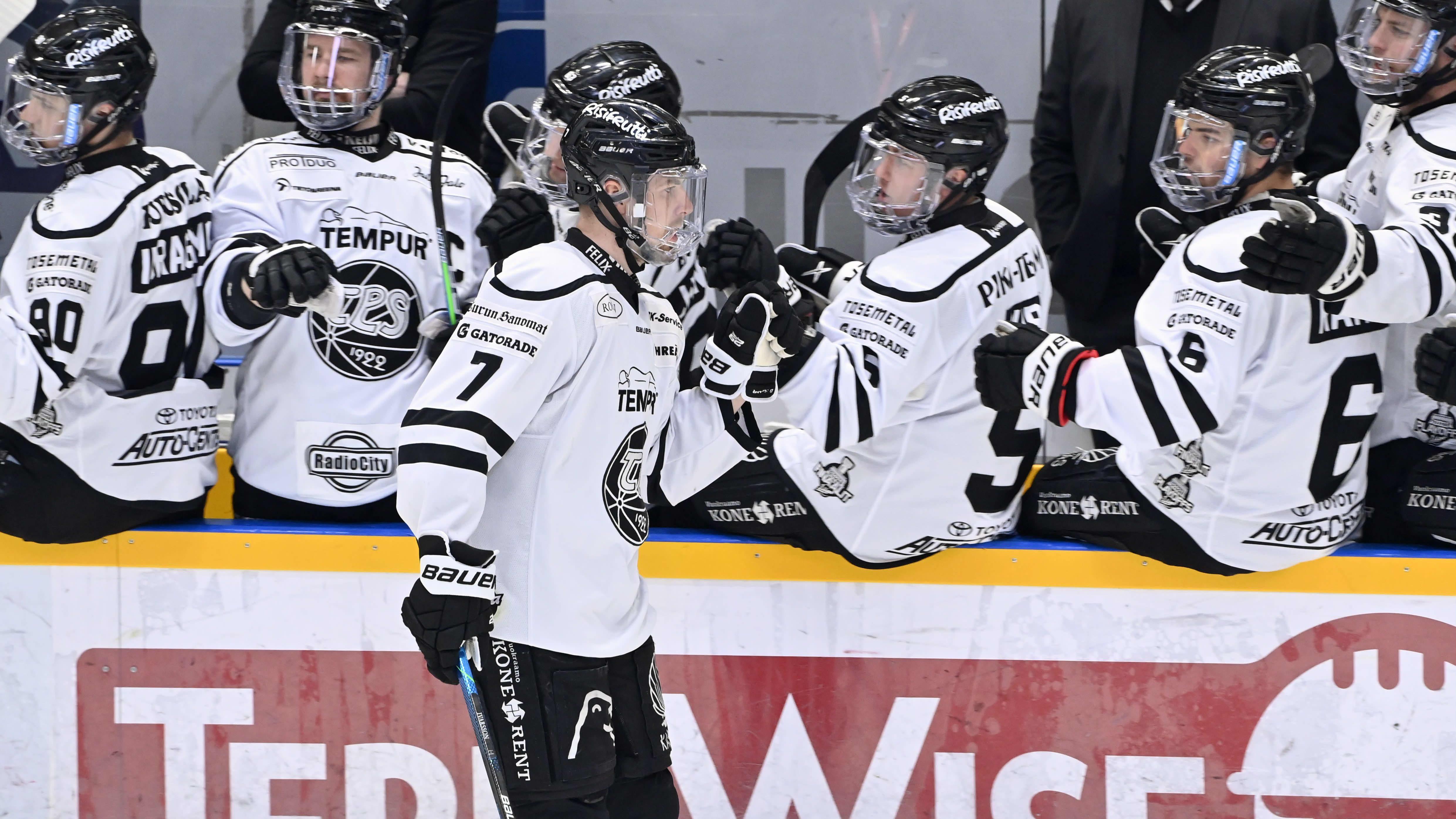 Johan Ivarsson tuulettaa TPS:n maalia.
