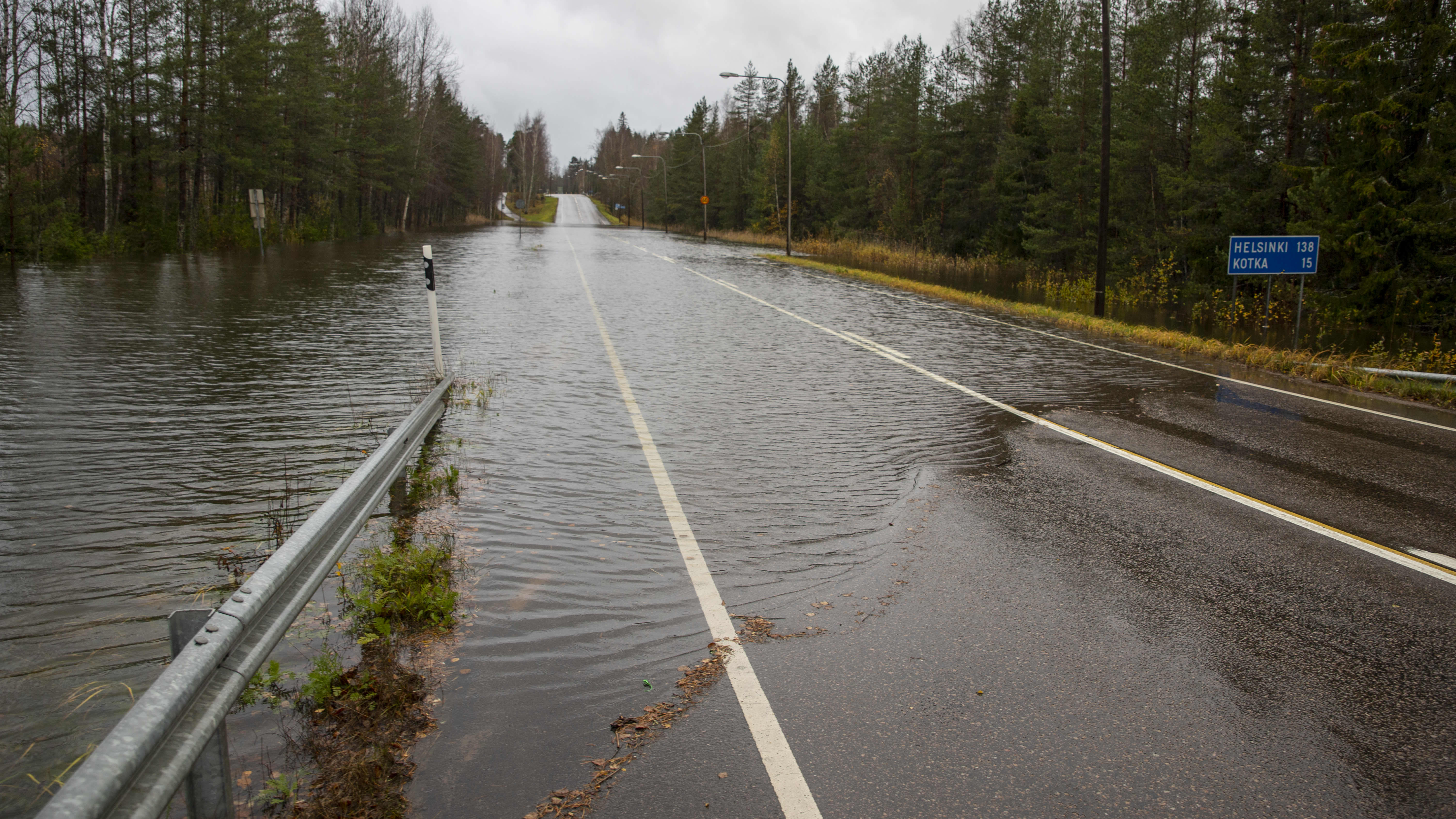 tie on katkennut tulvan vuoksi, tie lainehtii vettä