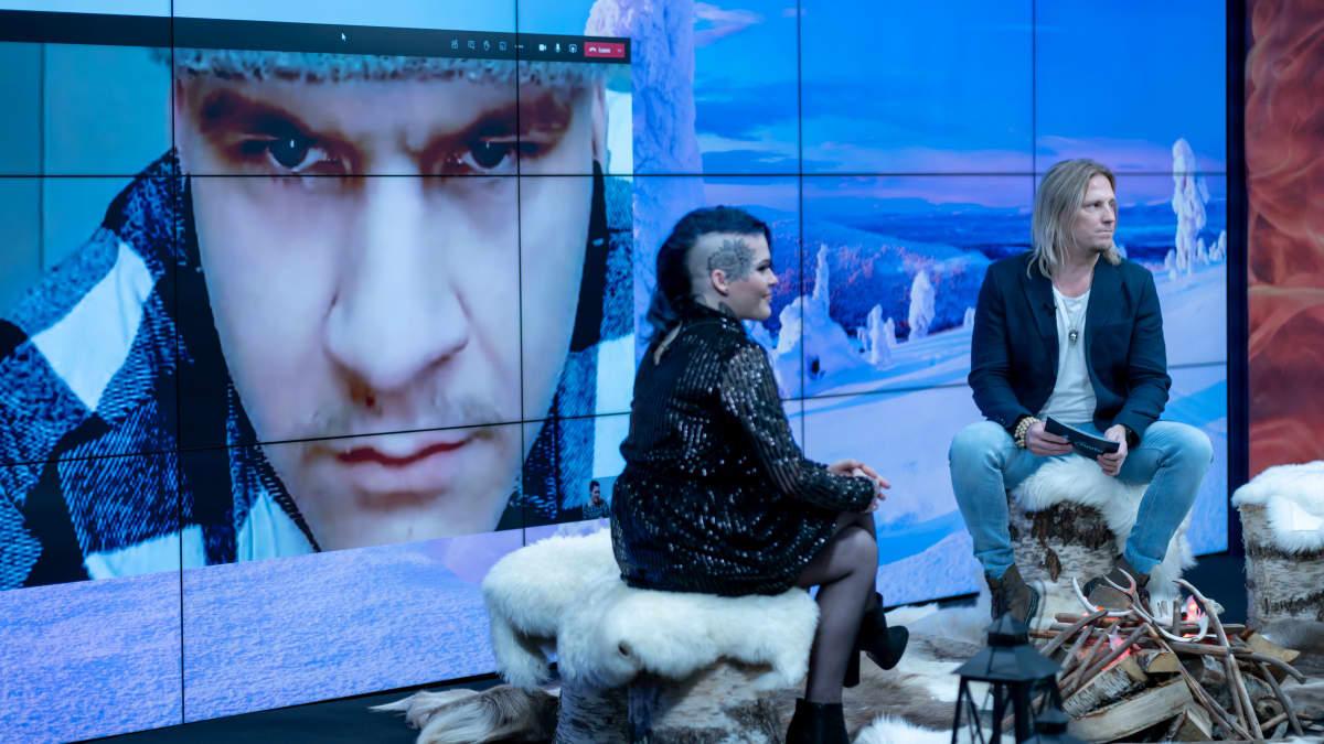 Temptation Island Suomi -sarjan esittelytilaisuus Sanomatalossa, Sami Kuronen (oik) haastattelee ohjelmaan osallistunutta paria joista Henrikki säätää nettikameraa kotonaan ja Julia istuu studiossa, 27.1.2021.