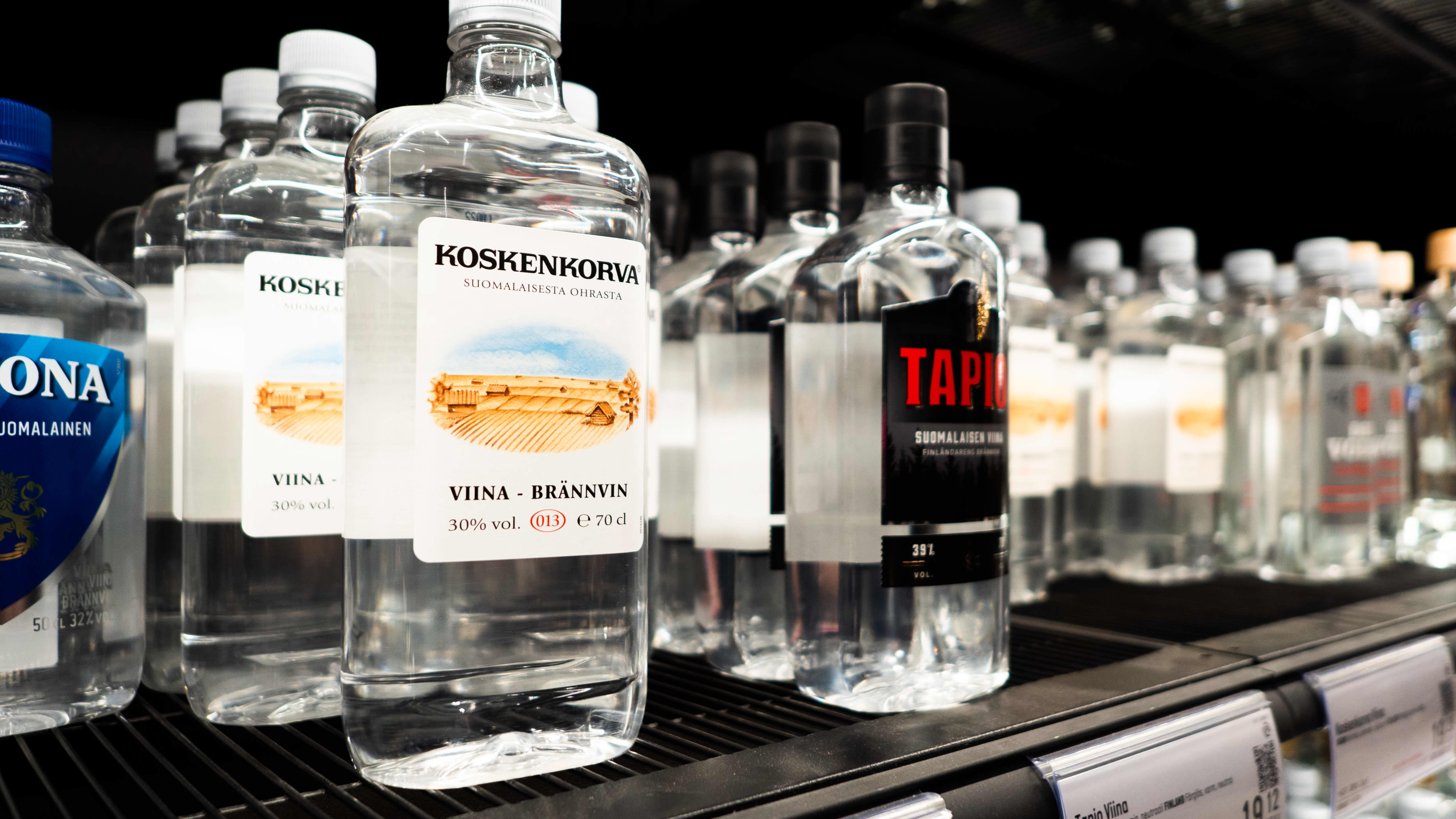 Alkoholituotteita Alkon hyllyllä.