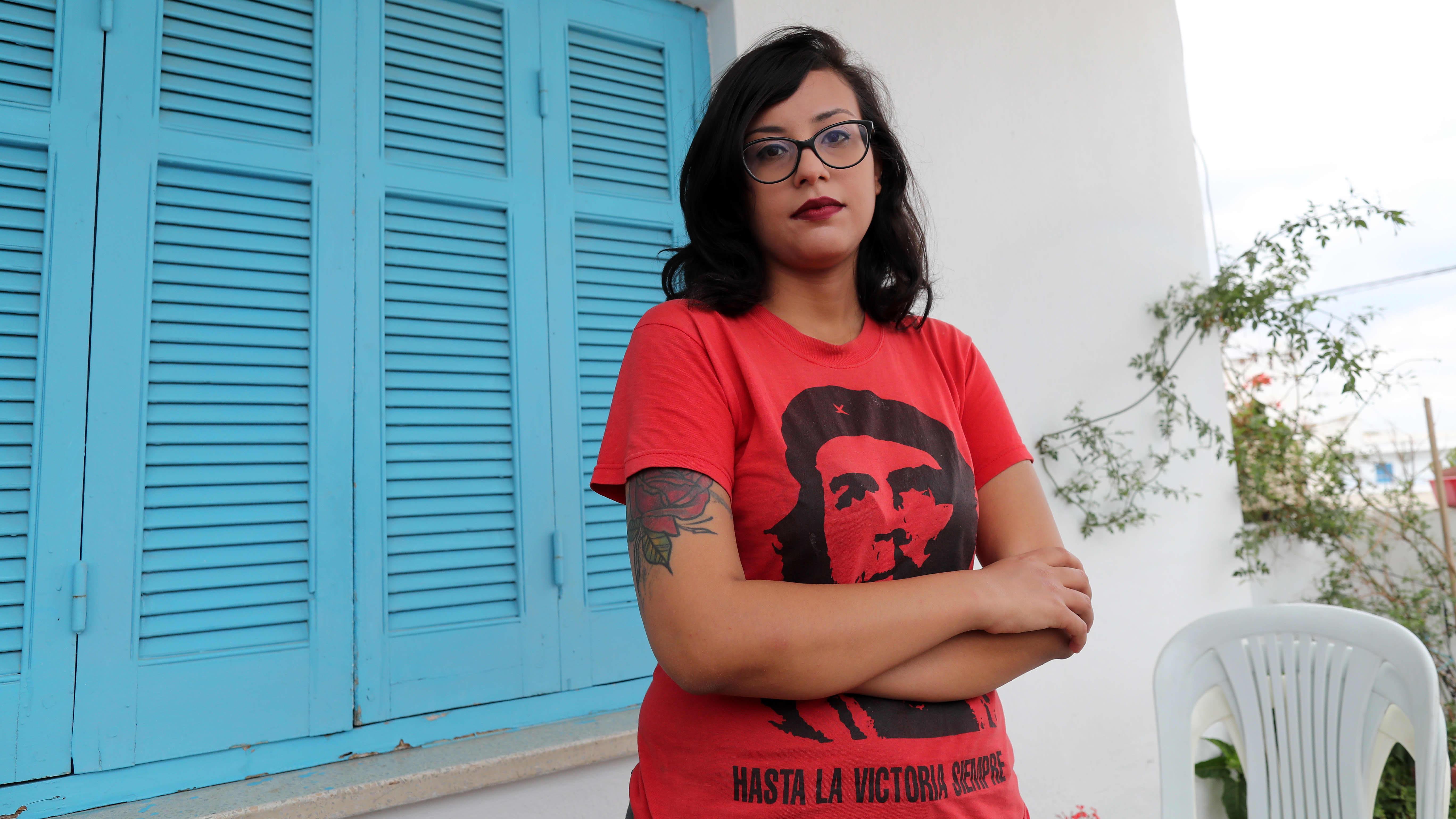 Emna Chargui punaisessa Che Guevara -paidassa.
