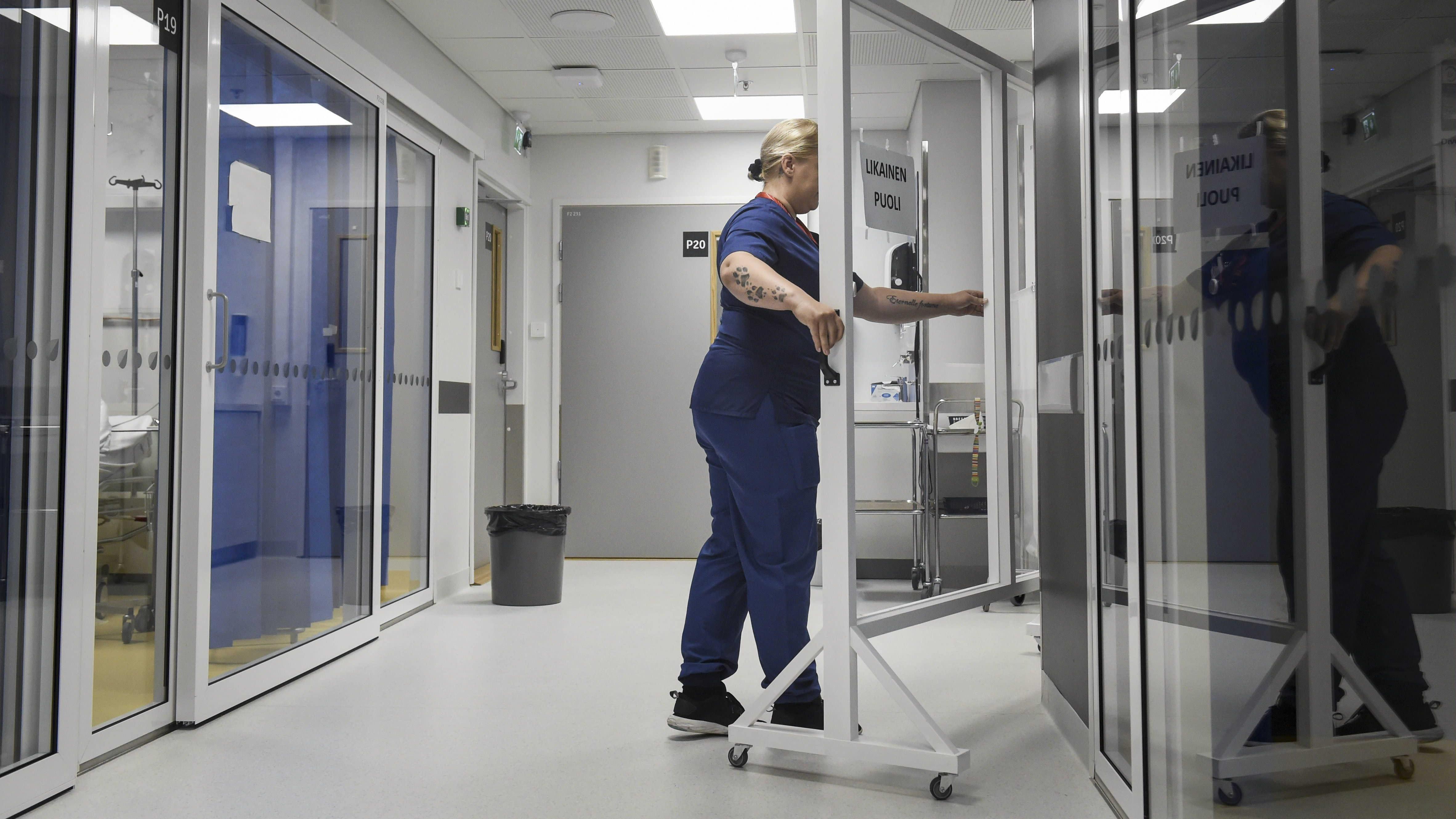 Koronan aikaan tiloja on jaettu muun muassa liikuteltavan sermin avulla Kainuun keskussairaalassa Kajaanissa 8. heinäkuuta.
