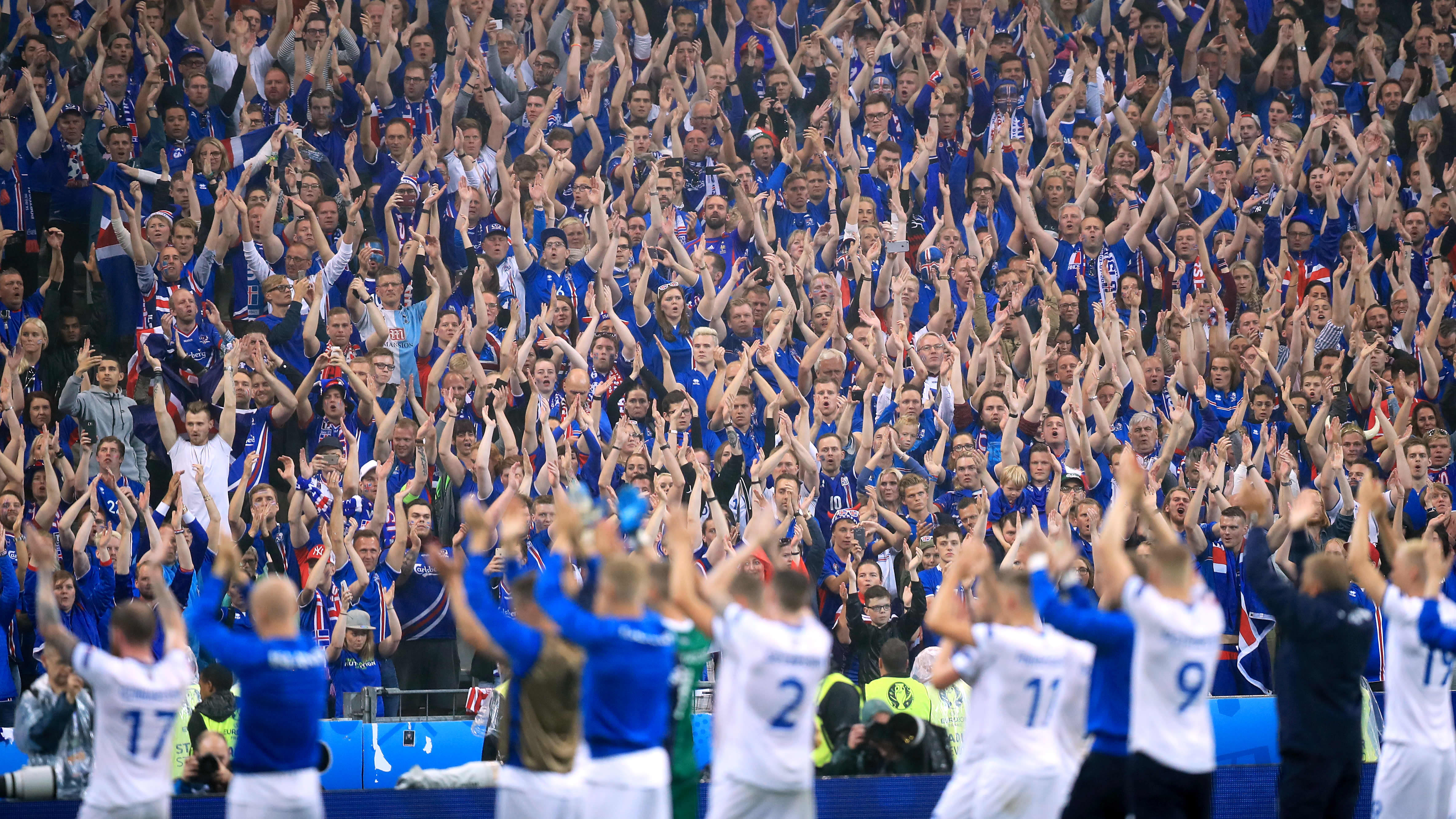Islannin pelaajat kiittävät kannattajiaan vuoden 2016 EM-kisoissa.