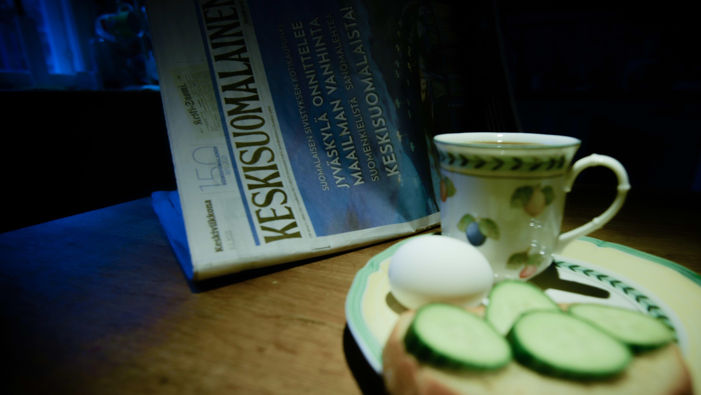 Aamupala ja sanomalehti.