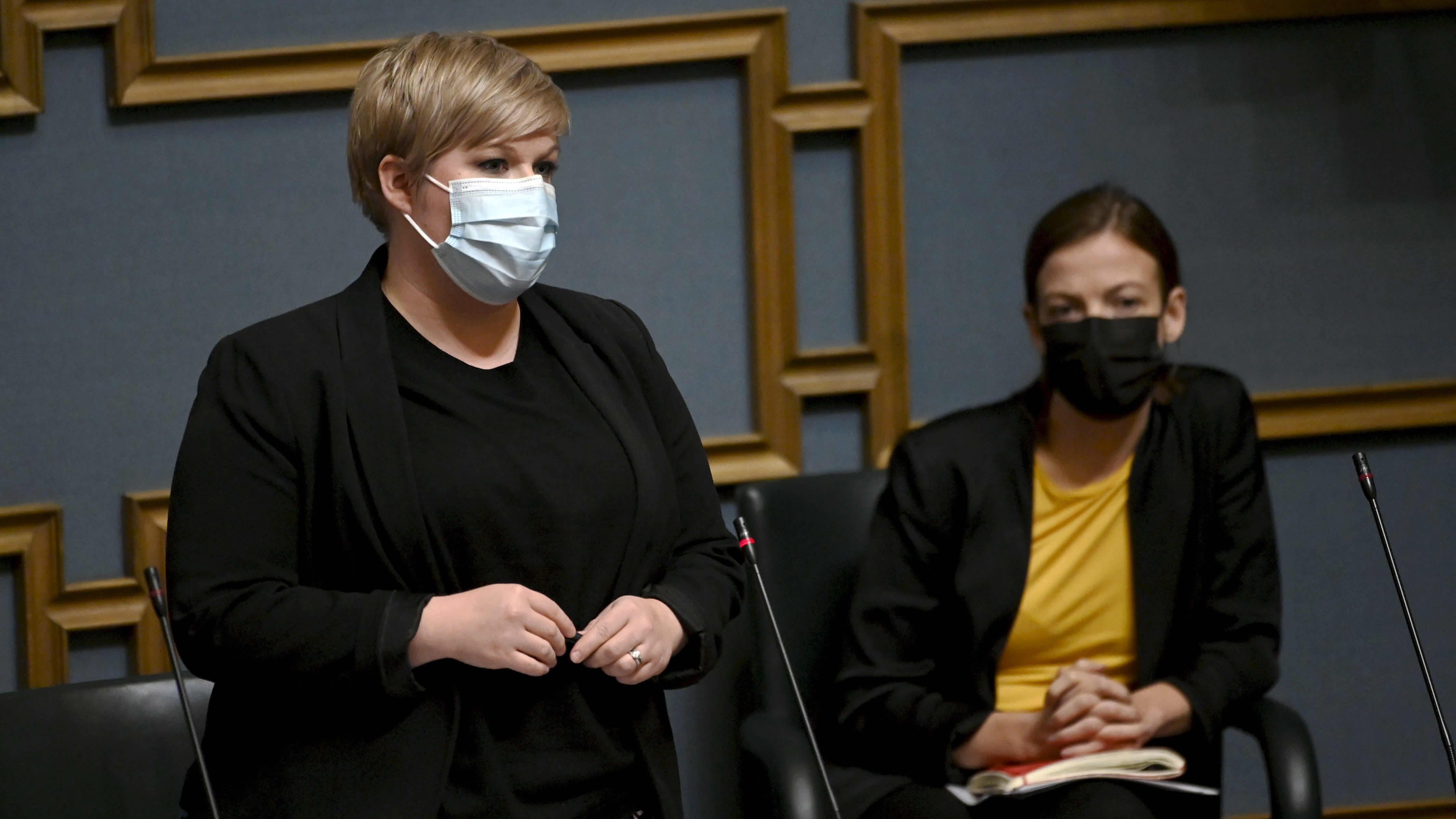 Valtiovarainministeri Annika Saarikko vastausvuorossa eduskunnan suullisella kyselytunnilla Helsingissä 23. syyskuuta 2021, taustalla opetusministeri Li Andersson.