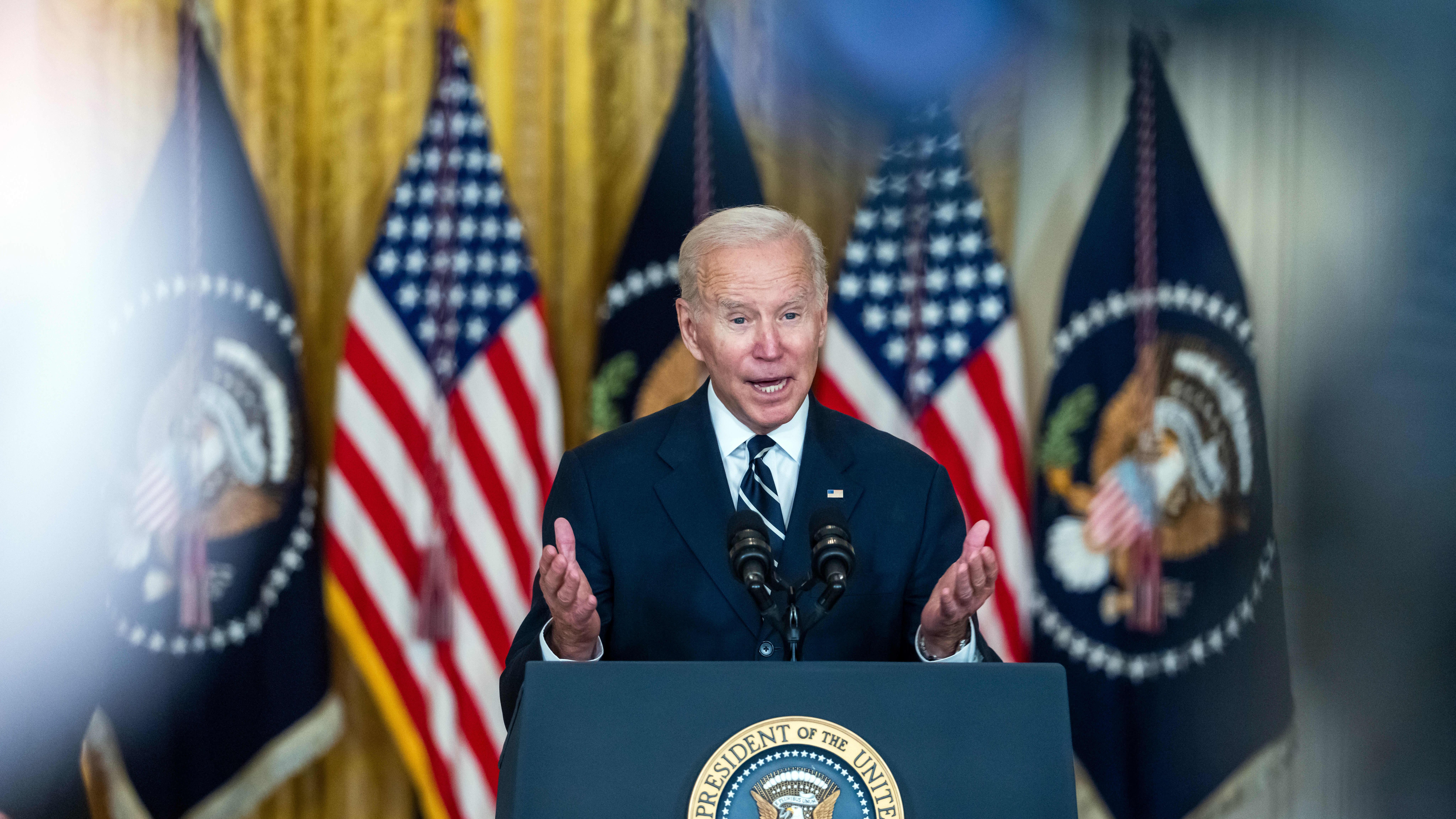 Joe Biden puhuu Valkoisessa talossa.