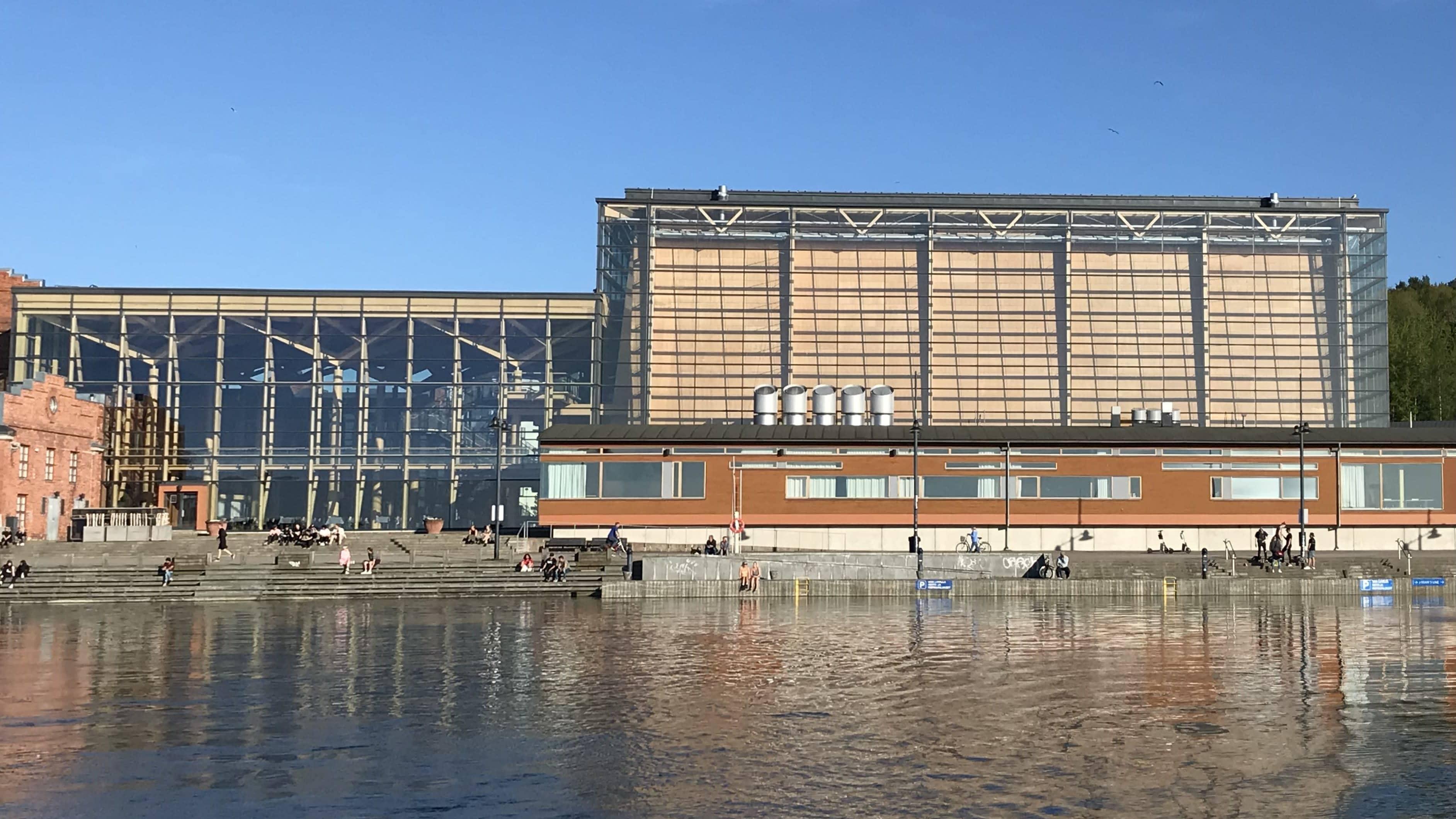Lahden Sibeliustalo kuvattanut Vesijärveltä päin kesäkuussa 2021.
