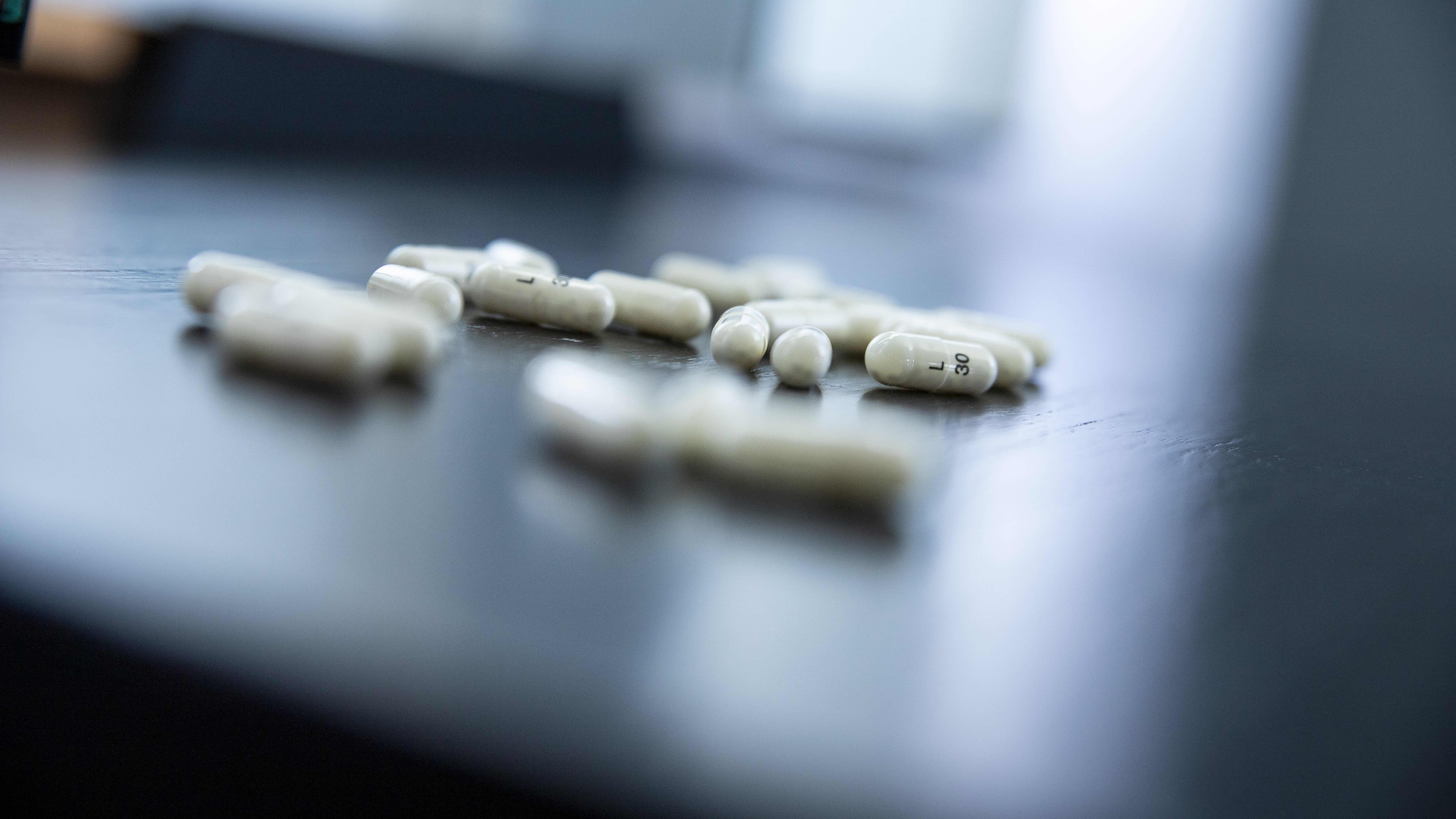 Lääkkeitä yöpöydällä