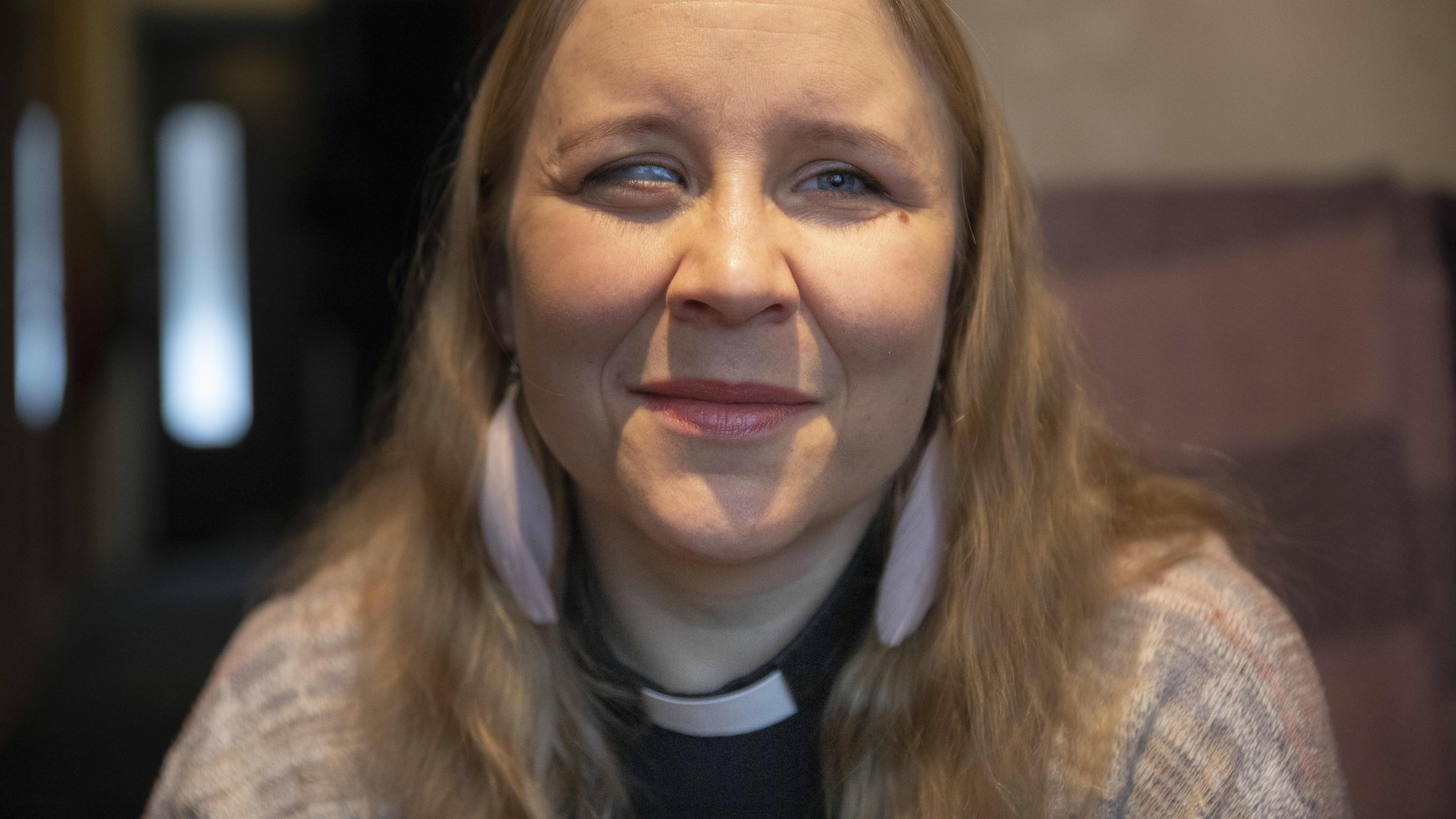Hannele Juutinen istuu olohuoneessaan