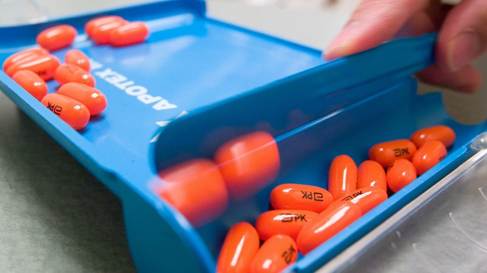 Farmaseutti annostelee AIDS-lääkkeitä Torontossa.
