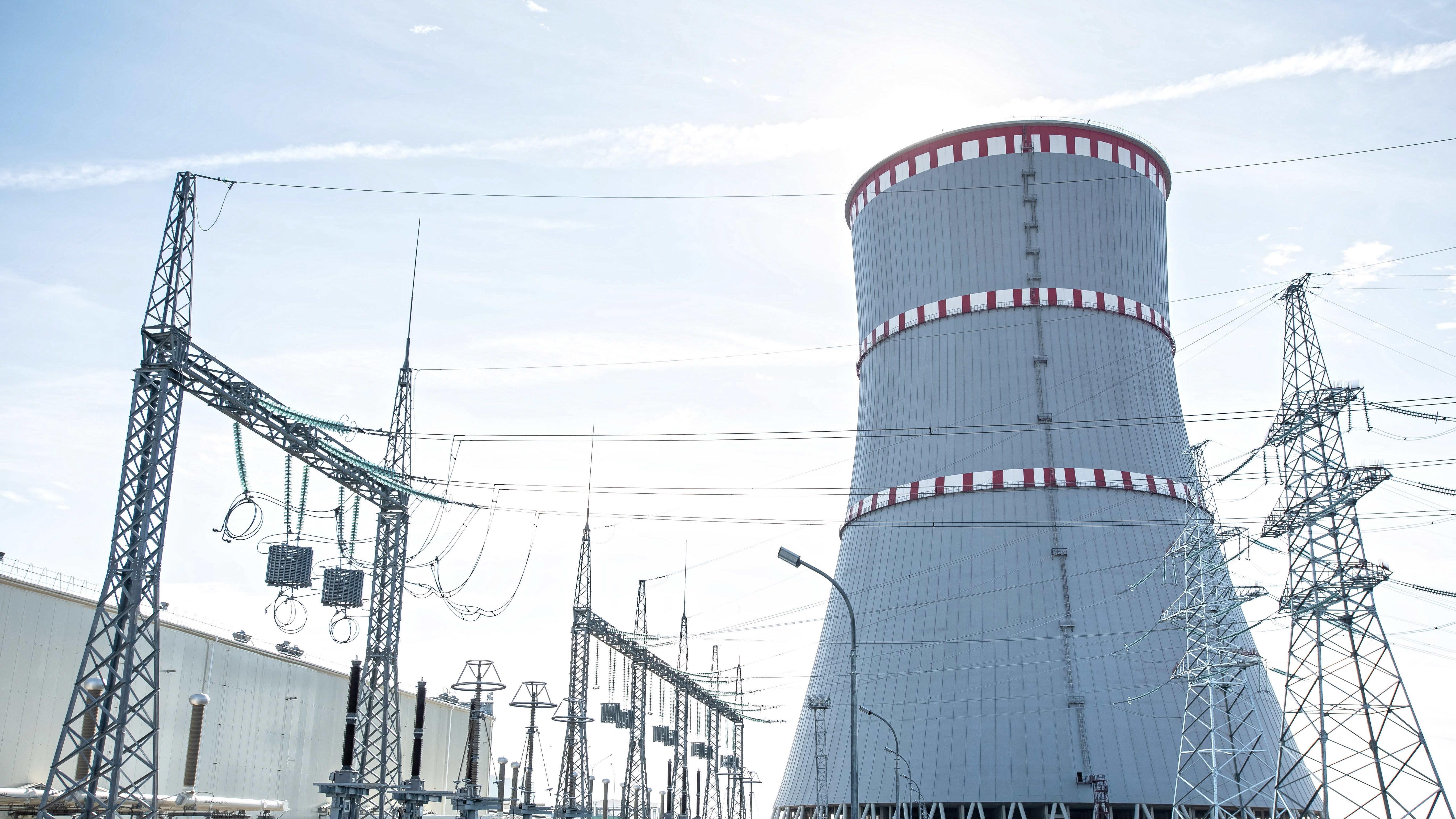 Ydinvoimalan jäädytystorni Valko-Venäjällä.