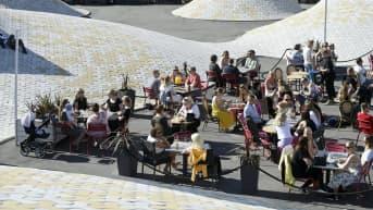 Asiakkaita ravintolan terassilla Narinnkatorilla Helsingissä 11. kesäkuuta 2021.