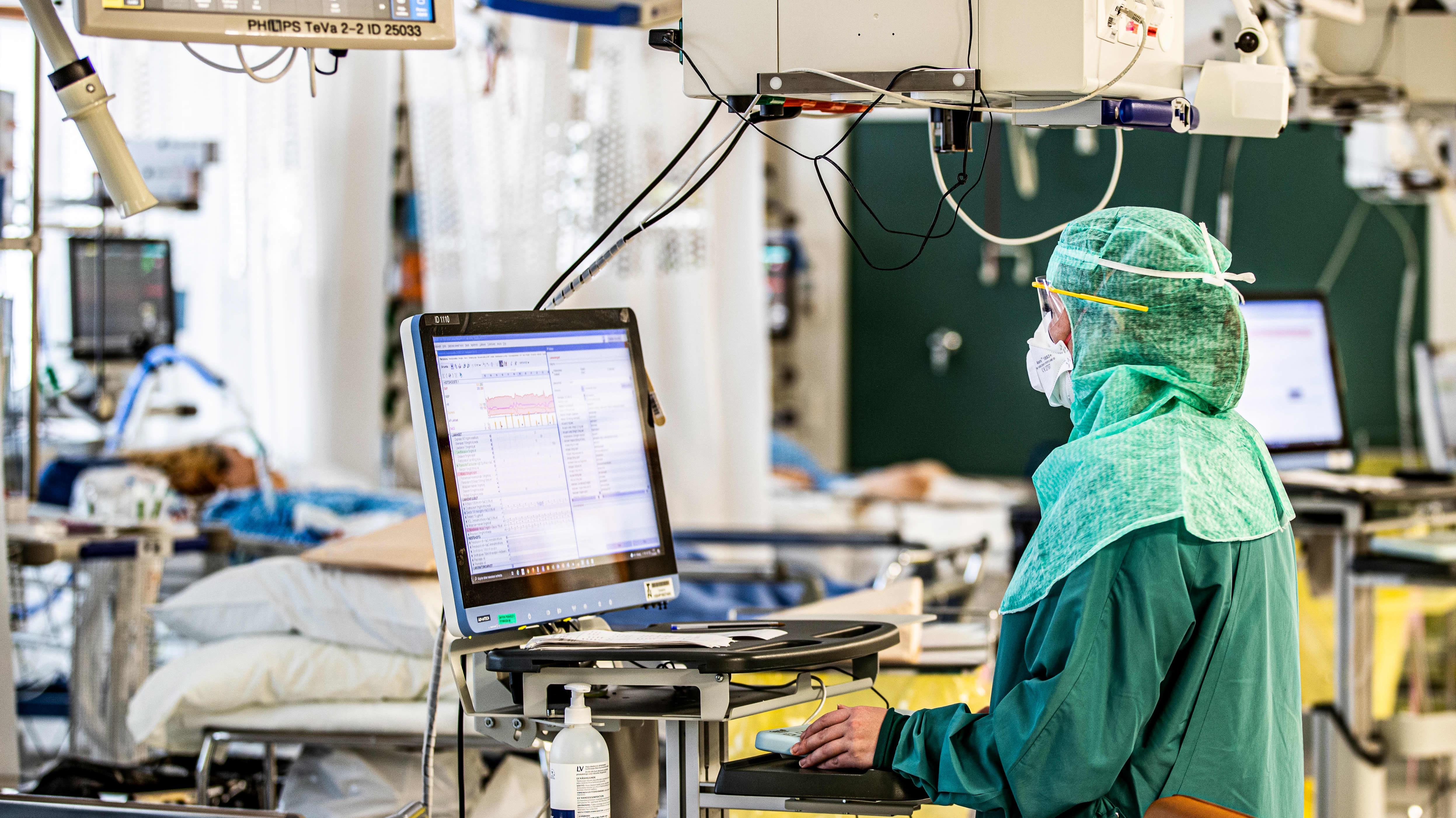 Sairaanhoitaja työskentelee teho-osastolla