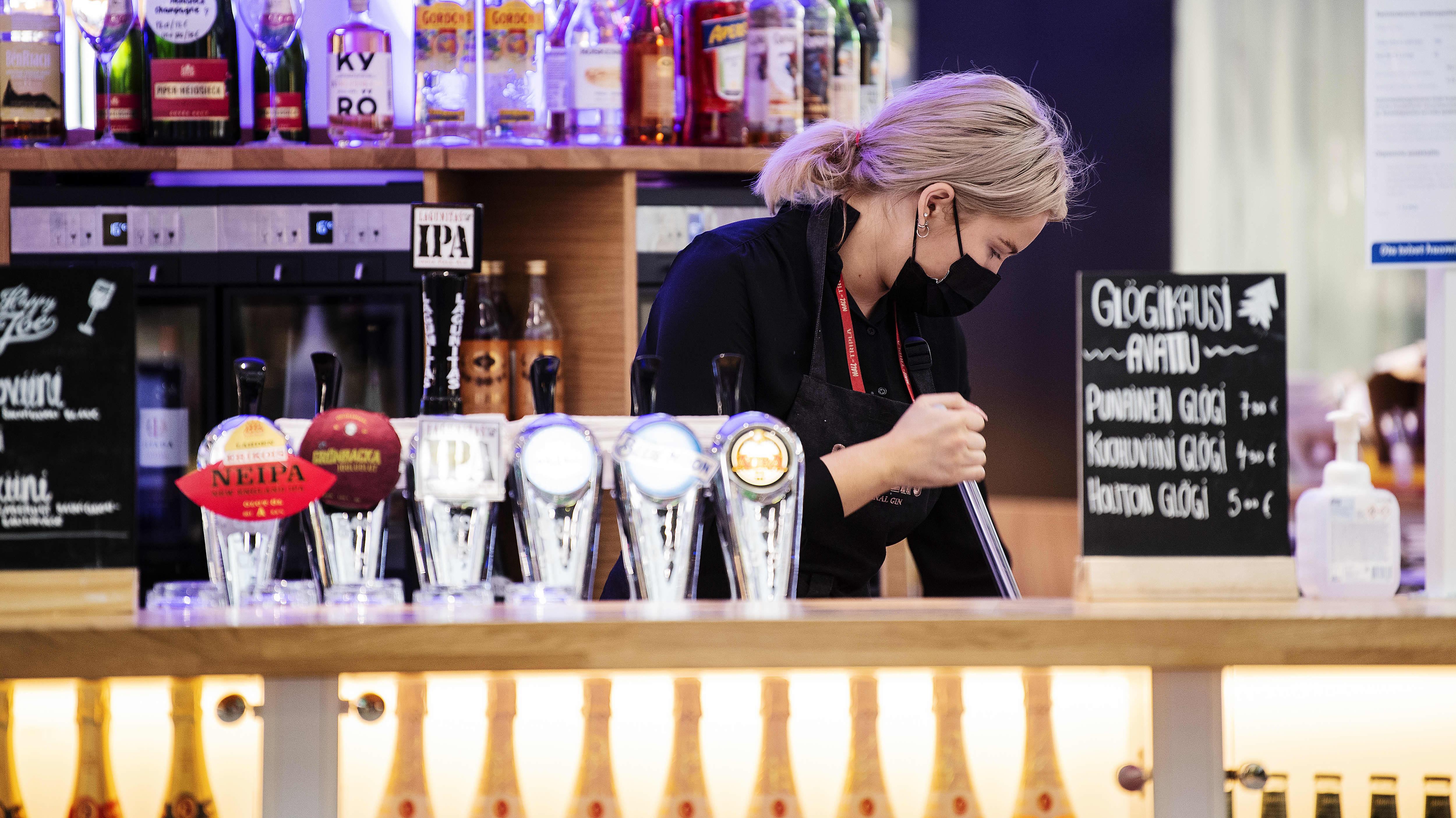 Työntekijä siistii paikkoja ravintolassa Triplassa joulukuussa 2020.