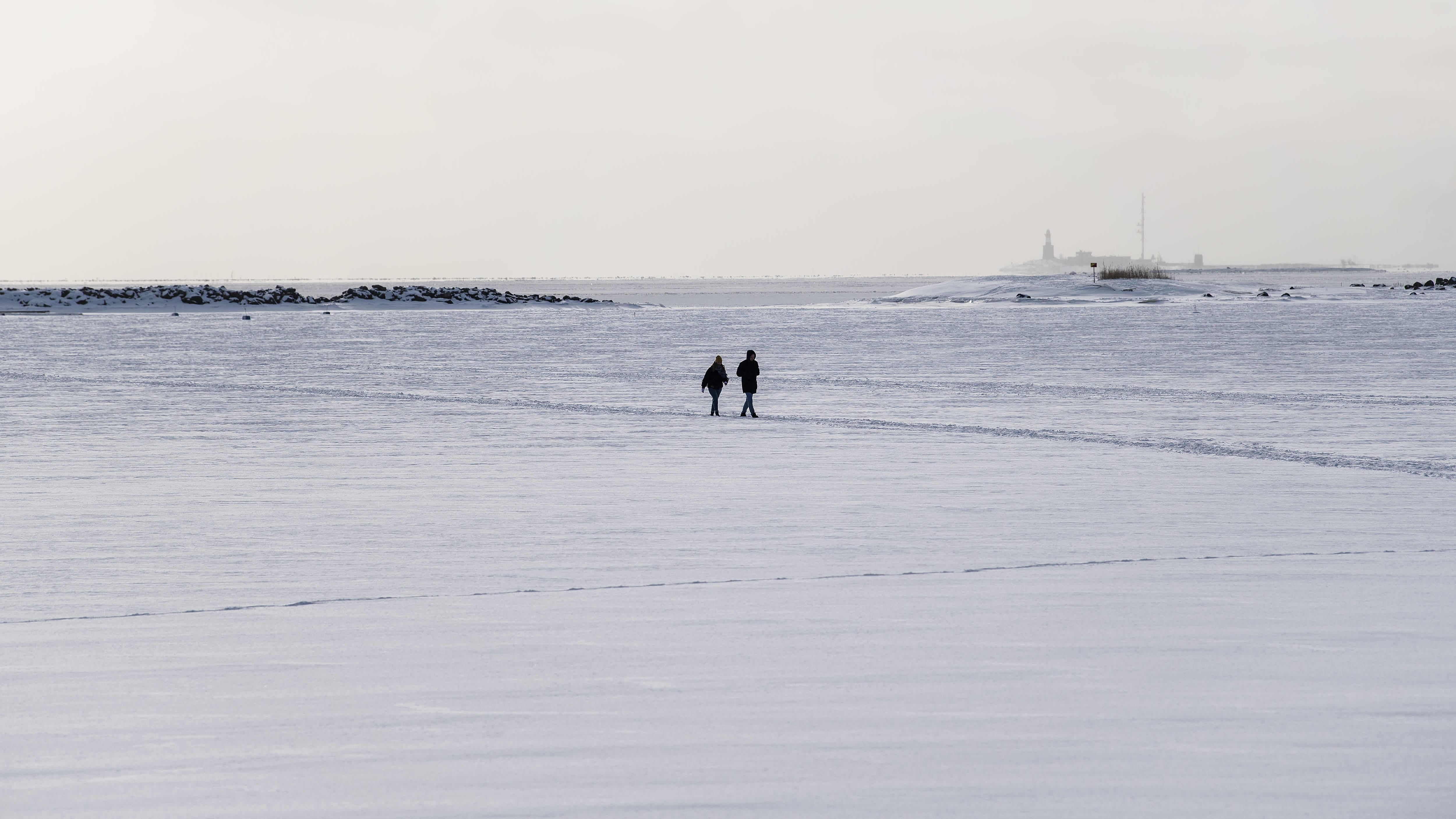 Parivaljakko käveli jäällä Kaivopuiston edustalla helmikuun alussa.