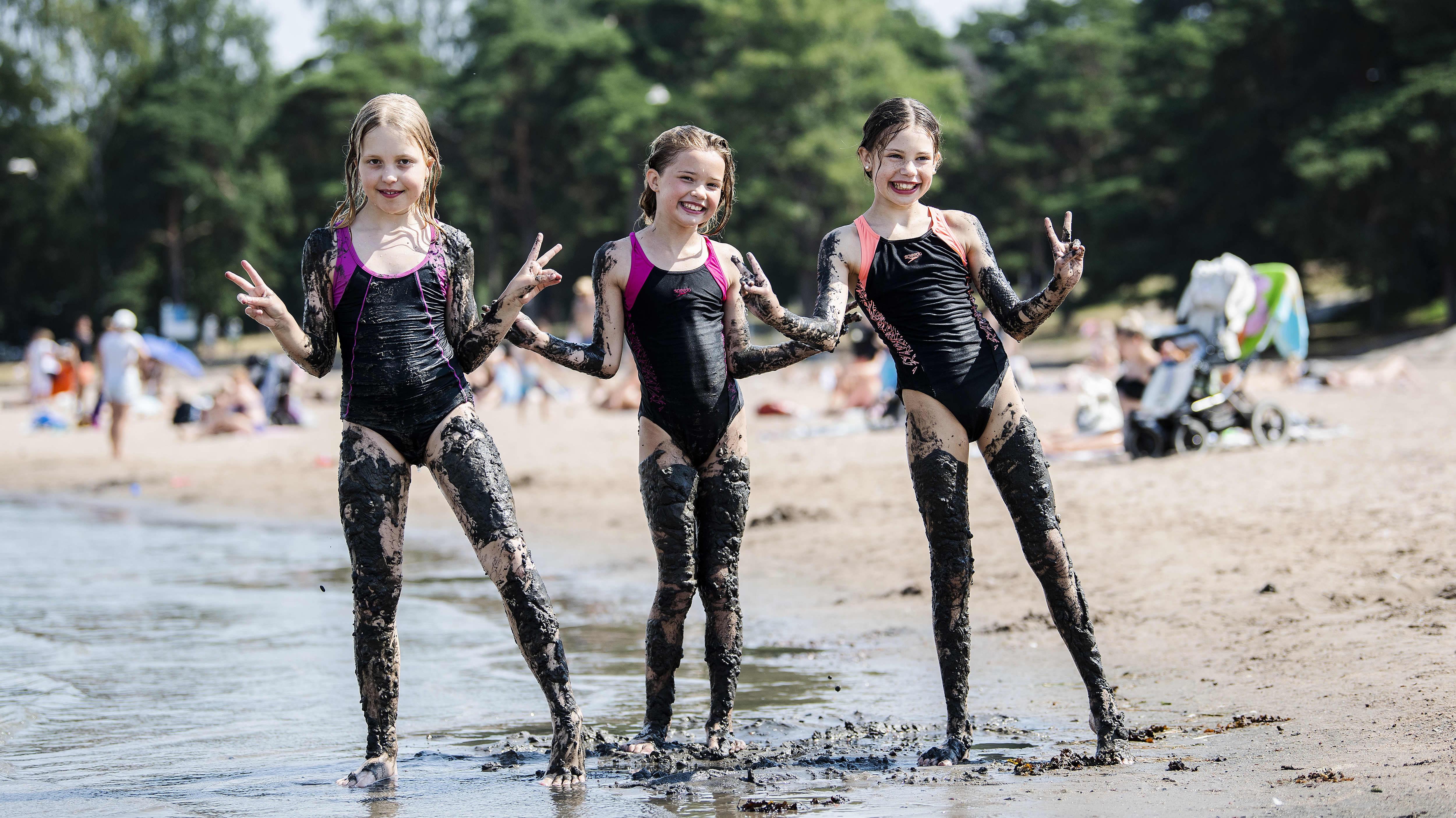 Suvi Kinnunen leikki rannassa mudalla Julia ja Sarah Shepstonen kanssa.