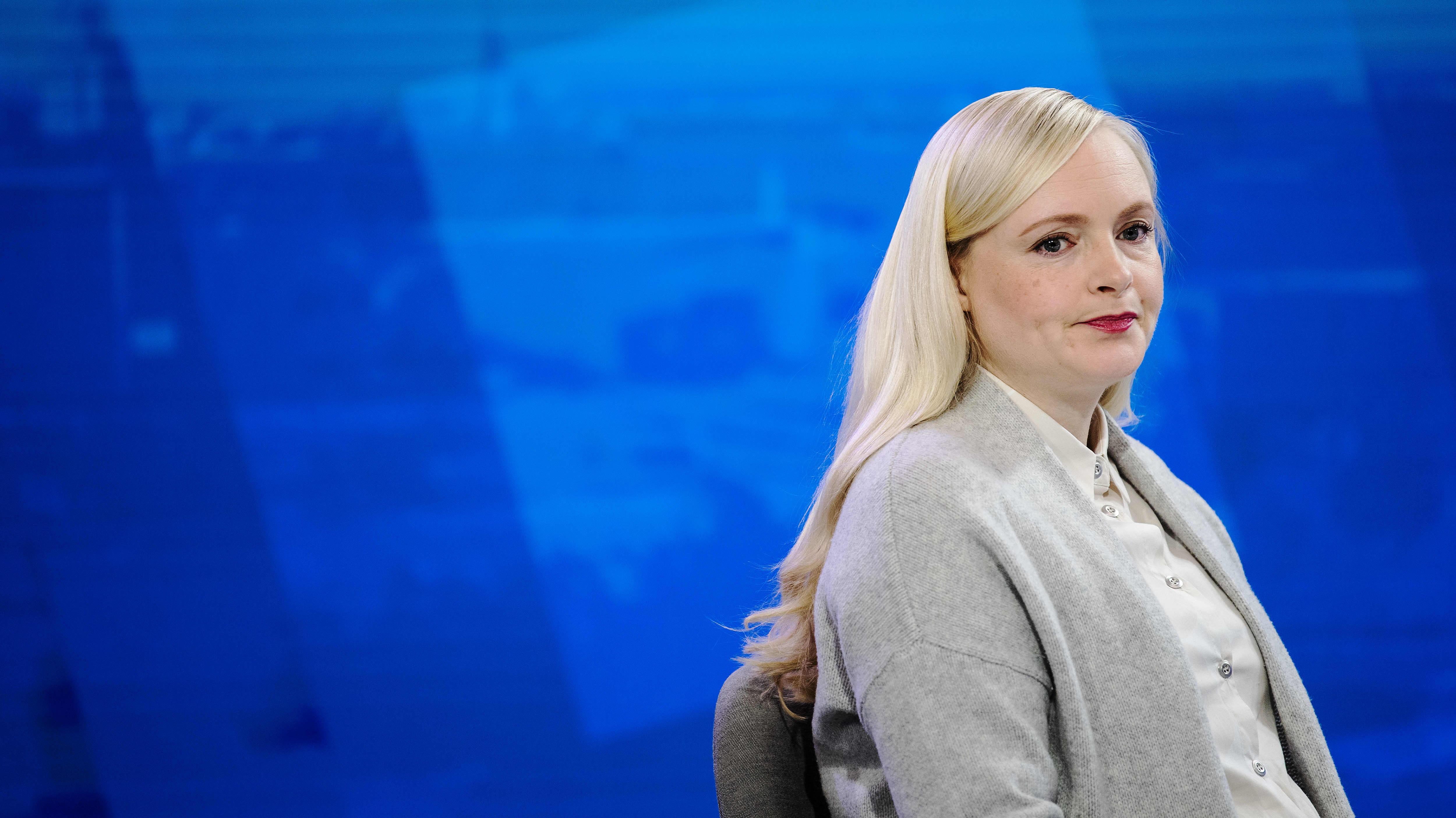 Kauluspaitaan ja neuleeseen pukeutunut Maria Ohisalo Ykkösaamun studiossa.