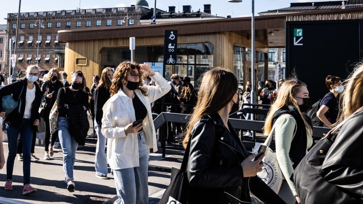 Ihmisiä menossa Suomenlinnan lauttaan.