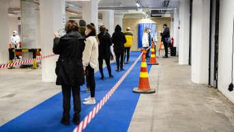 Riskiryhmäläisiä ja iäkkäitä rokotettiin 14. huhtikuuta Helsingissä Jätkäsaaren rokotuspisteellä.