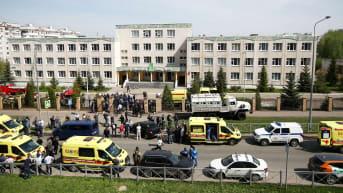 Ambulansseja ja poliisiautoja koulun edustalla.