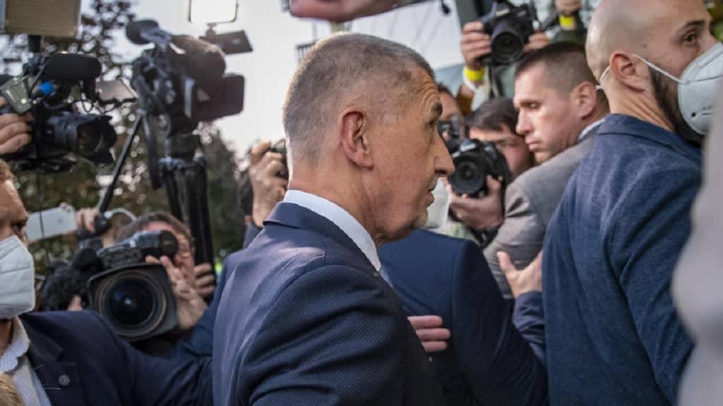 Miljardööri Andrej Babish saapumassa vaalivalvojaisiin.