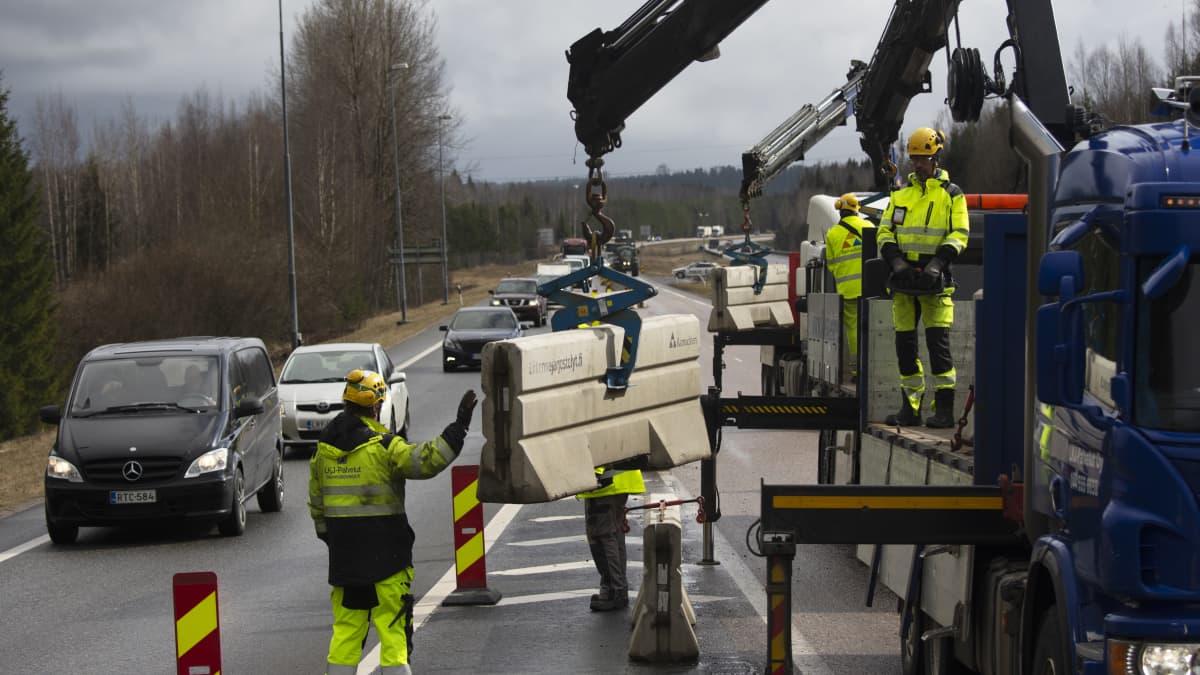 Betoniesteitä poistetaan Uudenmaan rajalta.