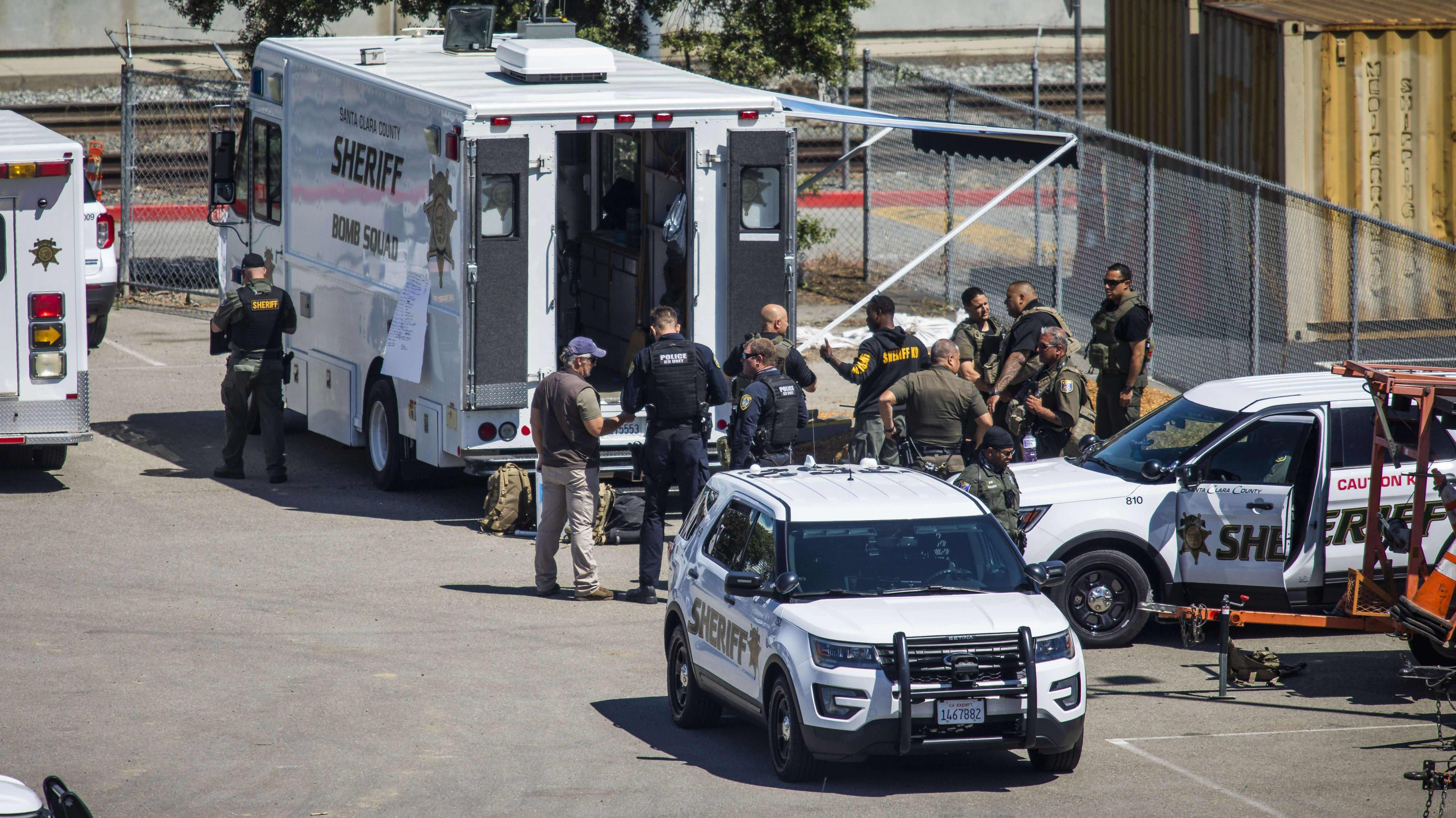 Viranomaiset kerääntyneenä San Josessa tapahtumapaikalla.
