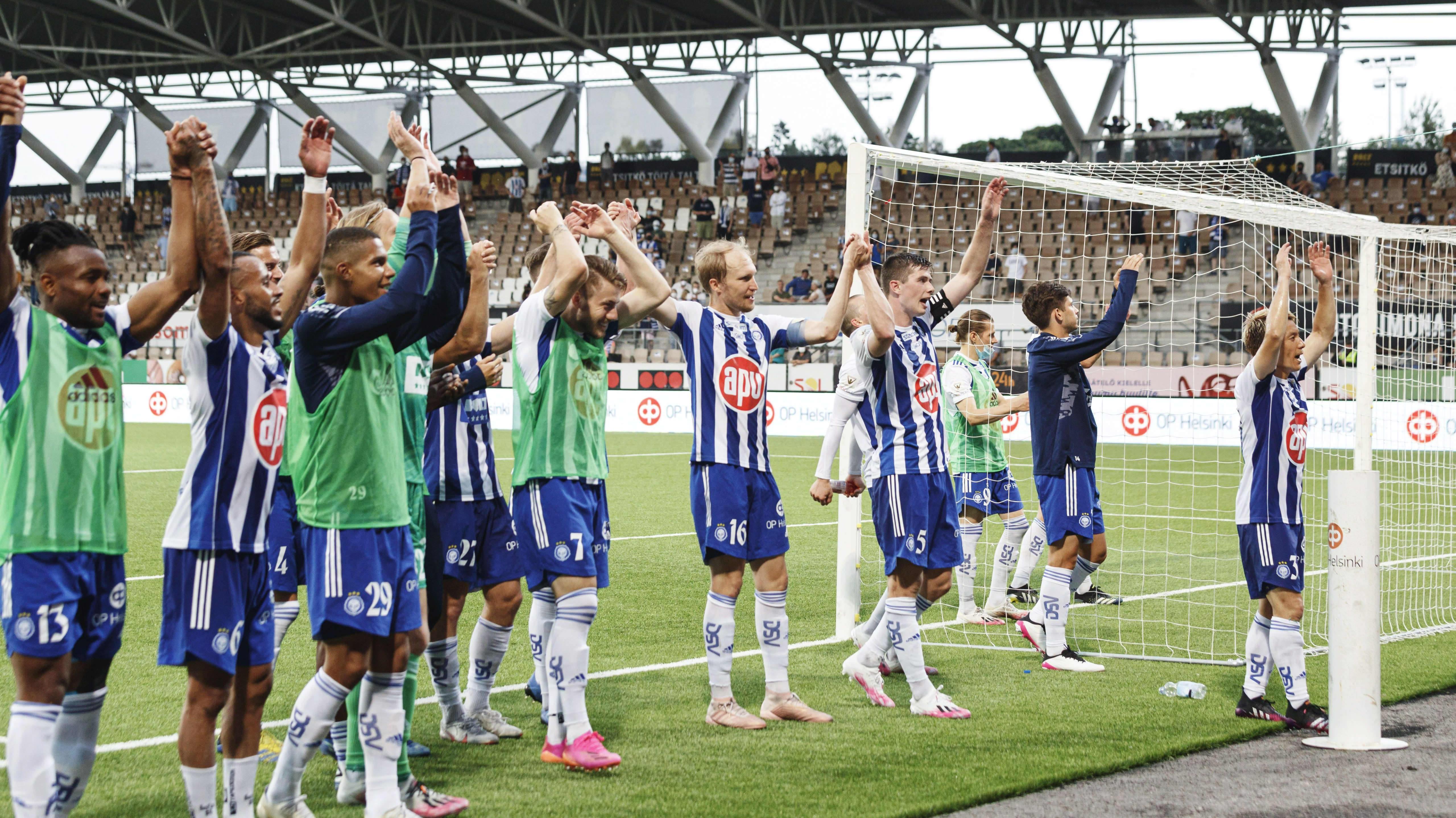 HJK pelaajia tuulettamassa voittoa.