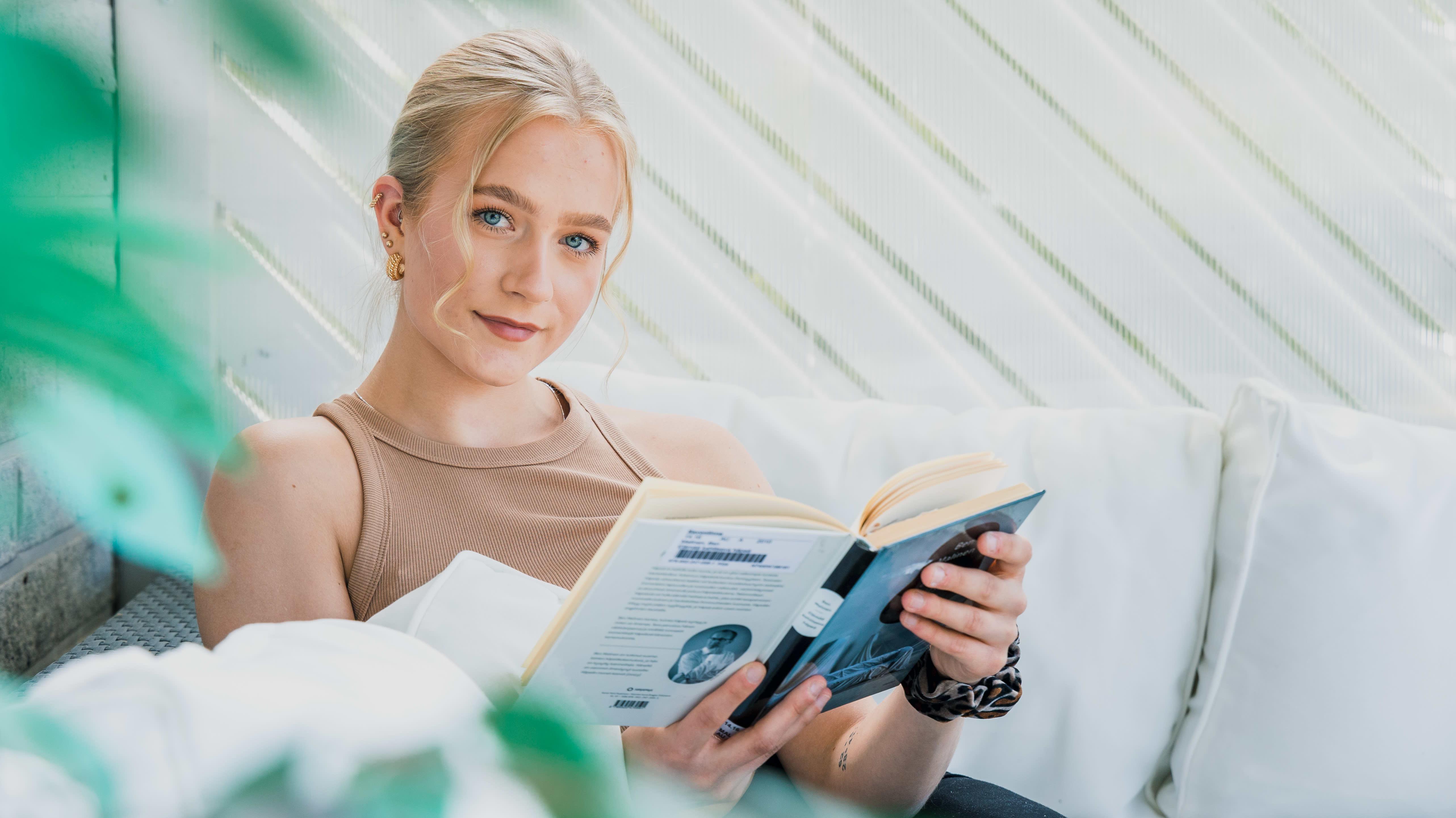 Savonlinnan lyseon lukion abiturientti Elisa Sairanen on opiskellut kotinsa kuistilla.