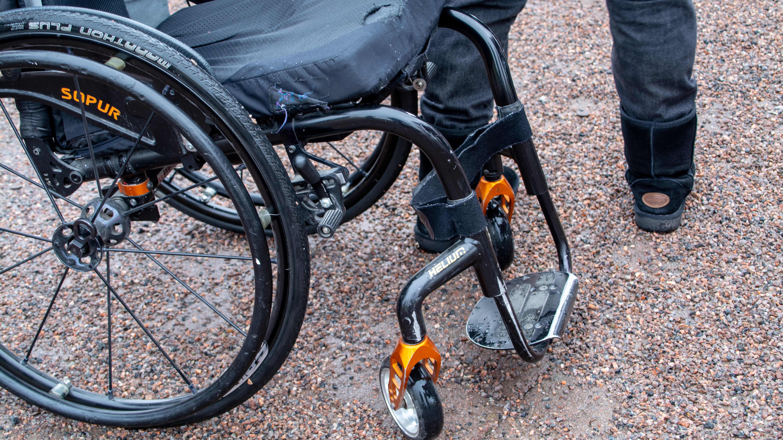 Närbild på rullstol.