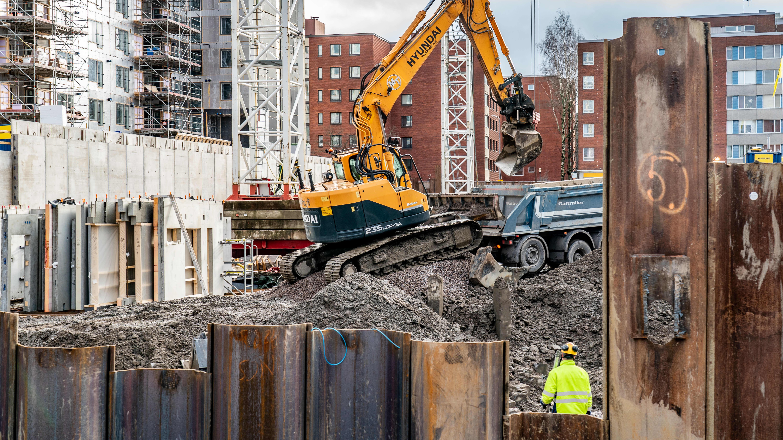 Kaivinkone rakennustyömaalla.