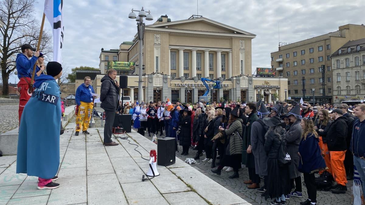 Opiskelijoita Tampereen Keskustorilla.