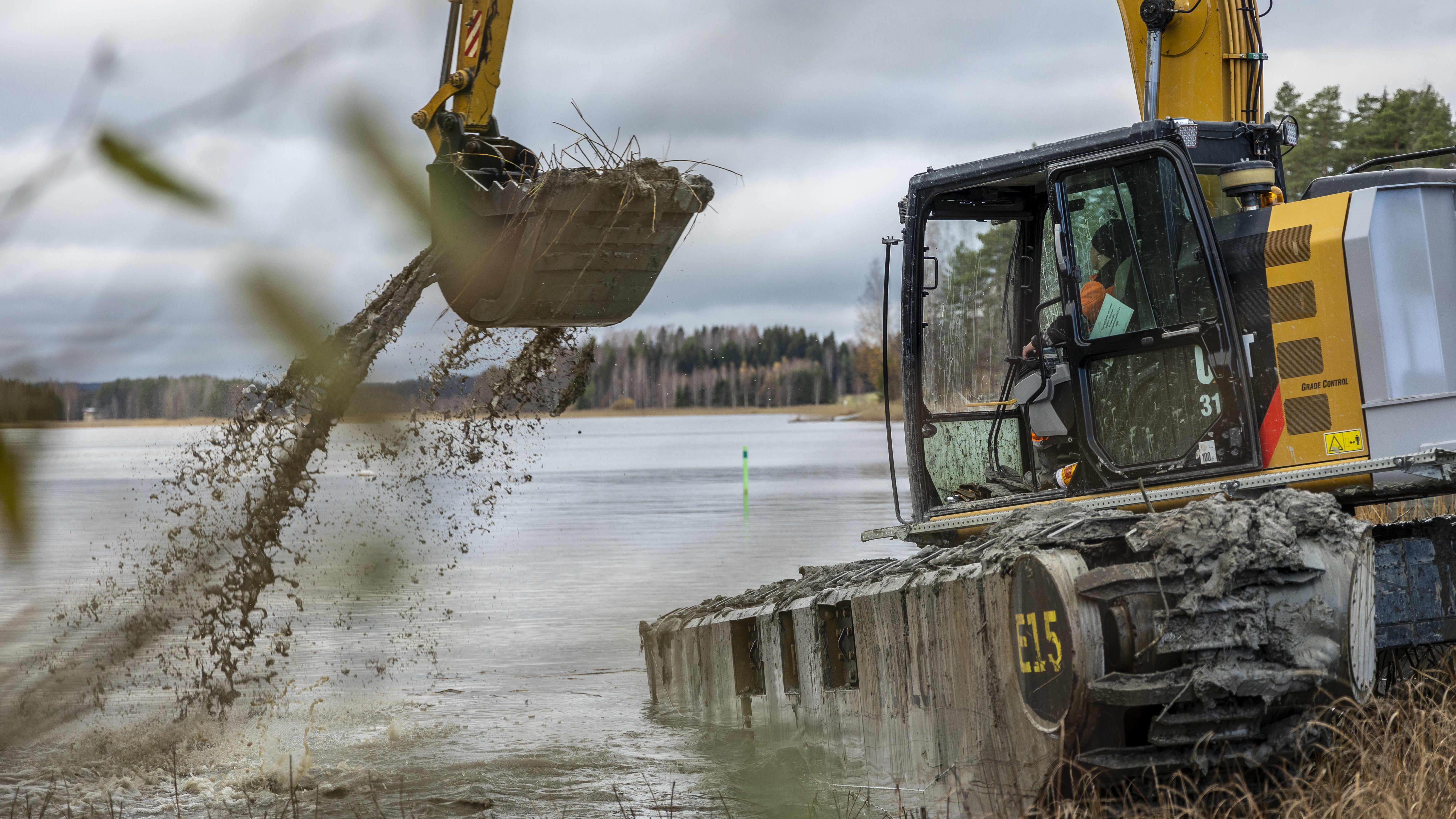 Viljami Saastamoinen ajaa ruoppausalusta Kuopiossa