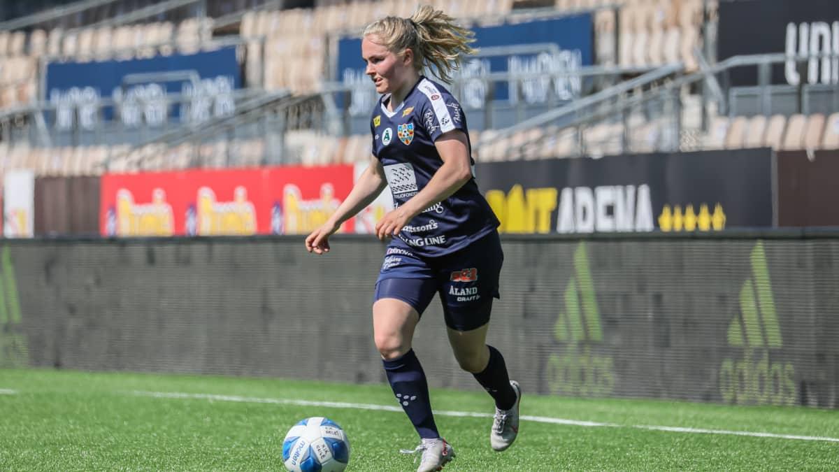 Katso ottelun kohokohdat klikkaamalla kuvaa. Kuvalähde: Åland United.Valokuvassa Dana Leskinen, arkistokuva.
