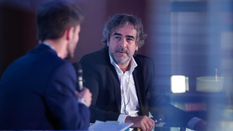 Denis Yücel oikealla, vasemmalla haastattelija mikrofonin kanssa selin kameraan