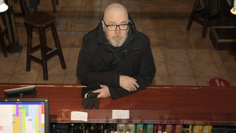 Mikko Pirinen nojaa baaritiskiin ravintola Ale Pupissa Kuopiossa.