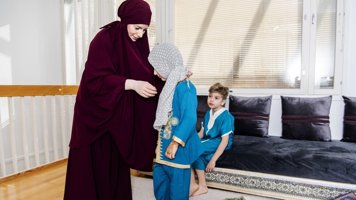 Iltapäivällä Nadia, Liliya ja Rayan rukoilevat perheen yläkerrassa asr-rukouksen. Se on päivän kolmas rukous, ja silloin, kuten aina, muslimit kääntävät kasvonsa kohti Mekkaa. Ennen rukoilua Nadia auttaa Liliyania peittämään hiuksensa.