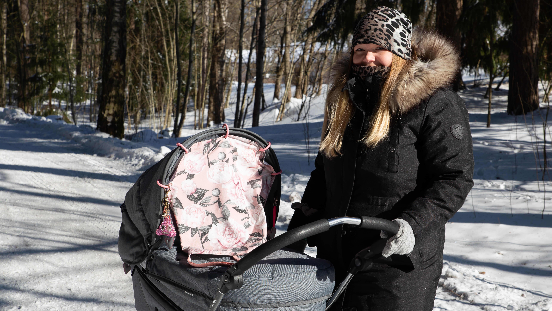 Eve Wallenius-Väisänen vaunulenkillä vauvansa kanssa aurinkoisessa pakkassäässä.