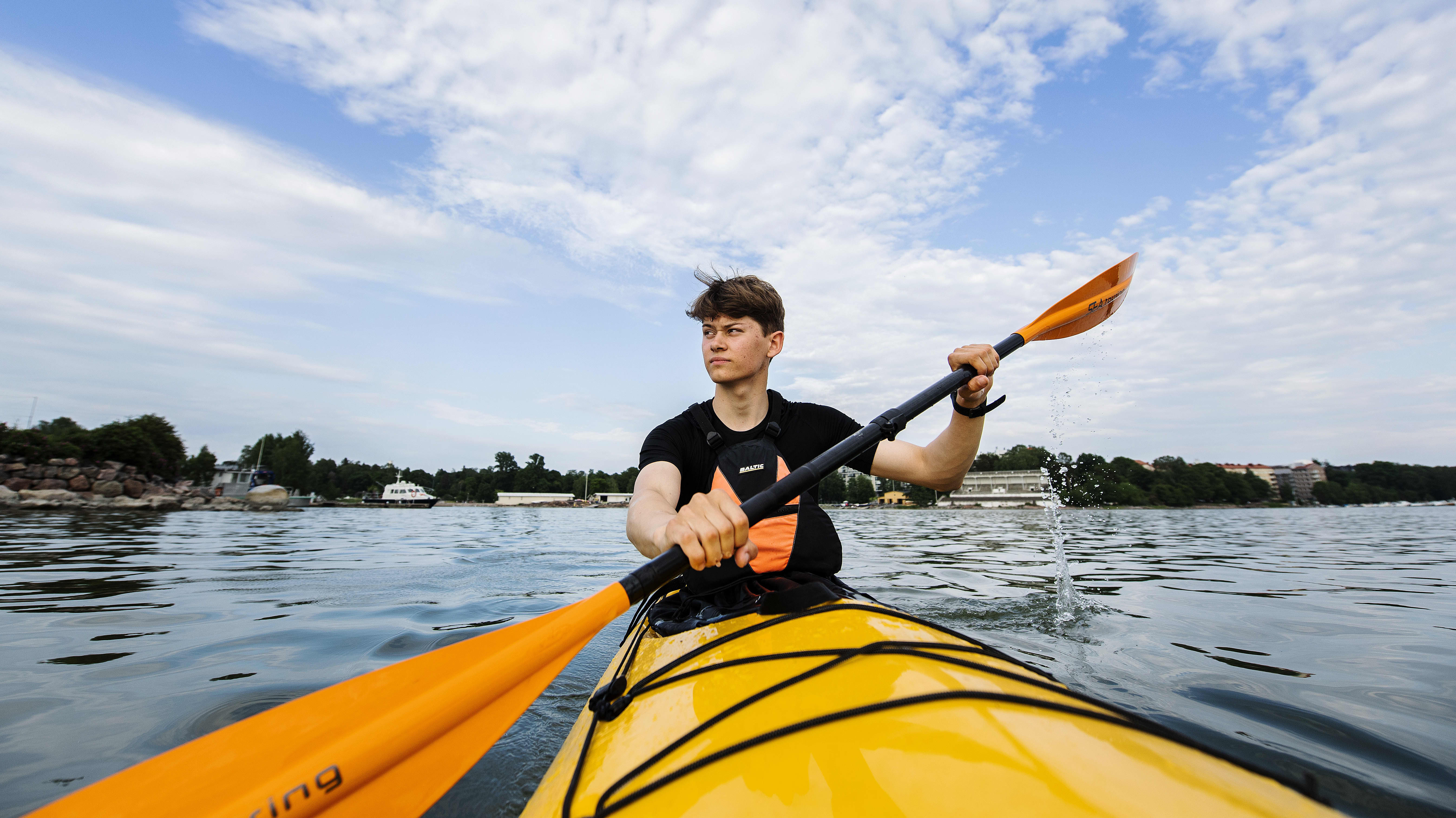 Kuvassa kajakilla liikkuu ammattikoululainen Ville Vainio. Vainion valmistuminen venyi koronaviruksen vuoksi. Vainio kuvattiin merellä Helsingin edustalla kesäkuussa 2020.
