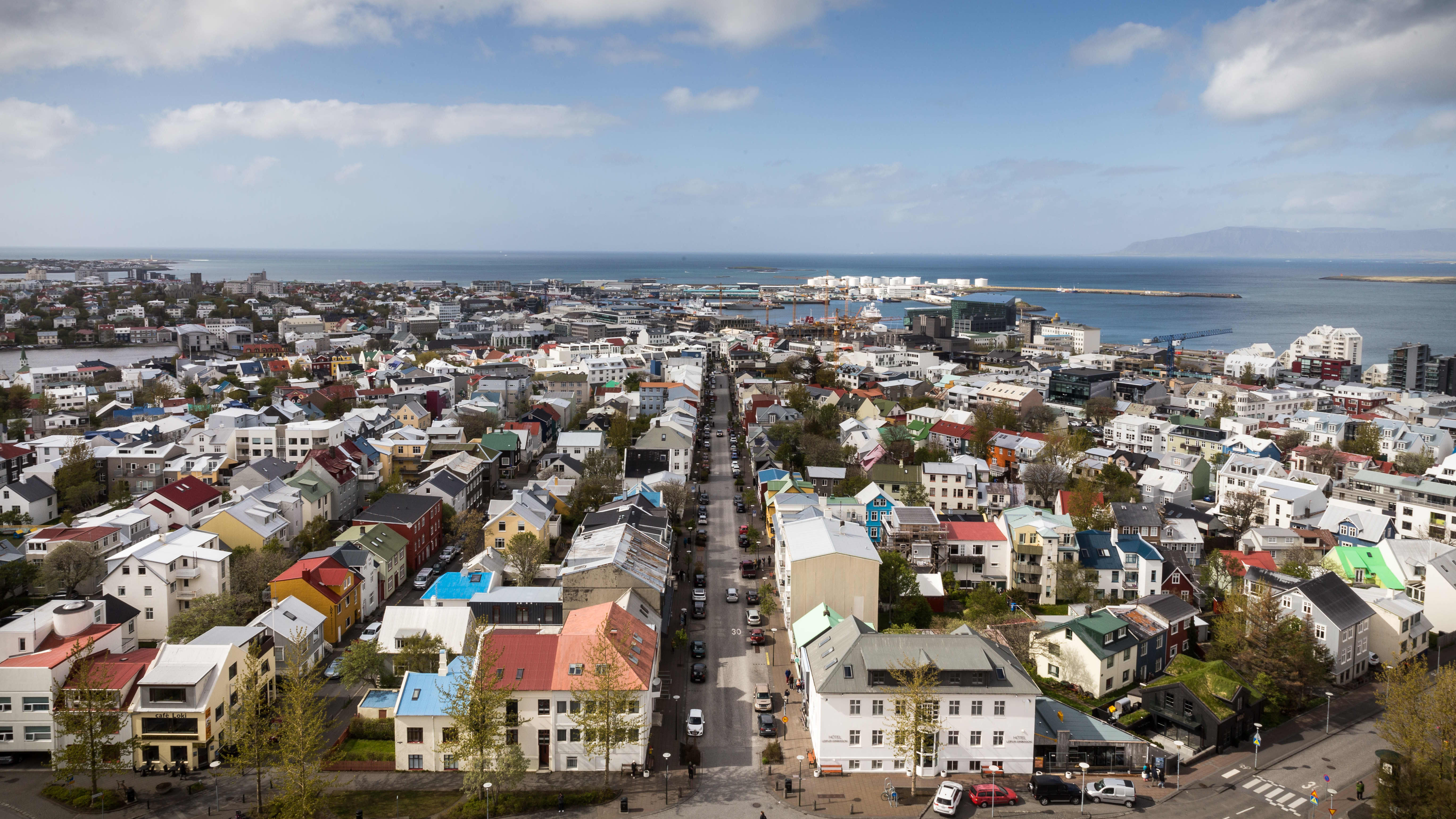 Reykjavik kattojen yltä kuvattuna.