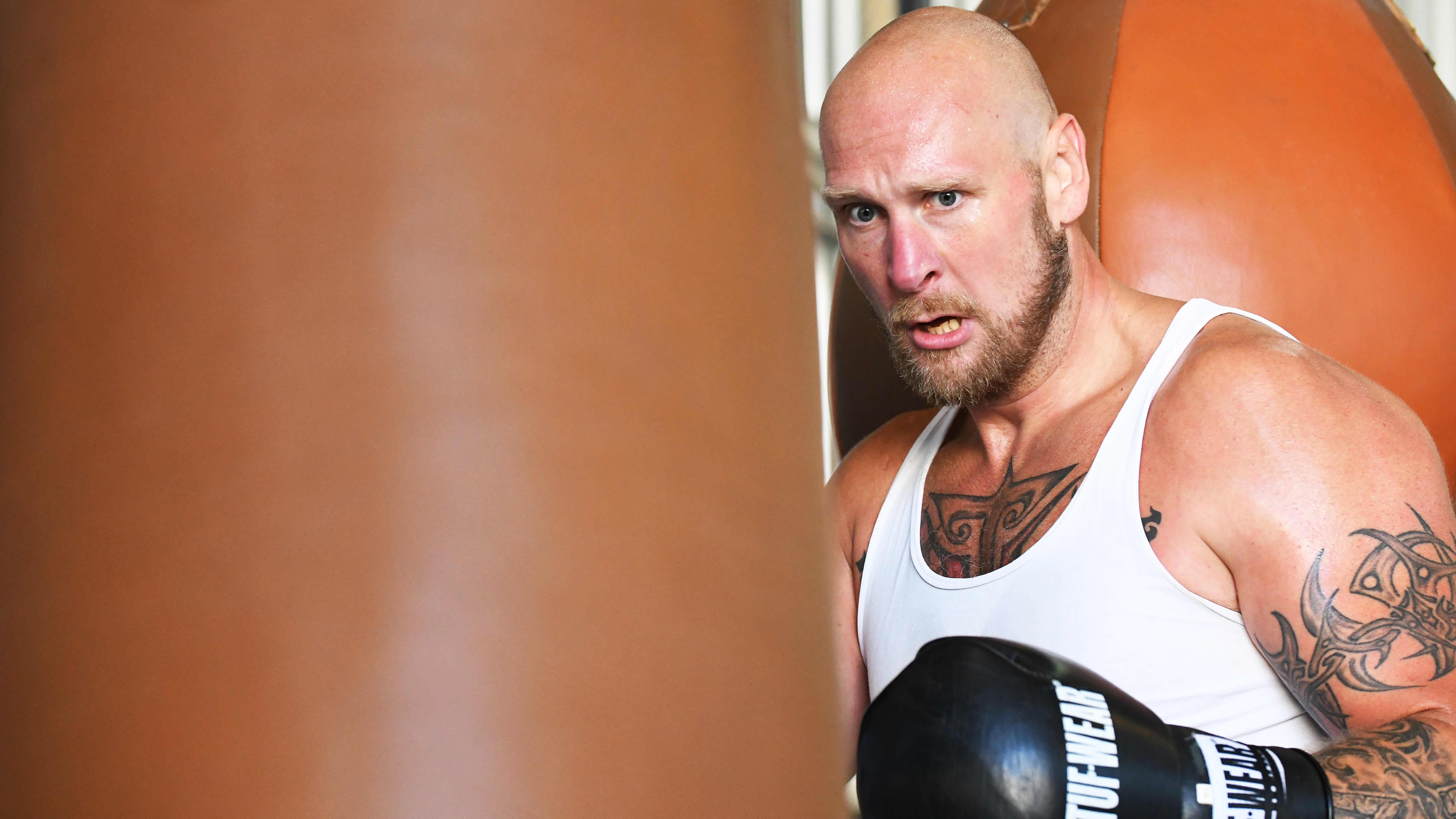 Robert Helenius bredvid en boxningssäck.