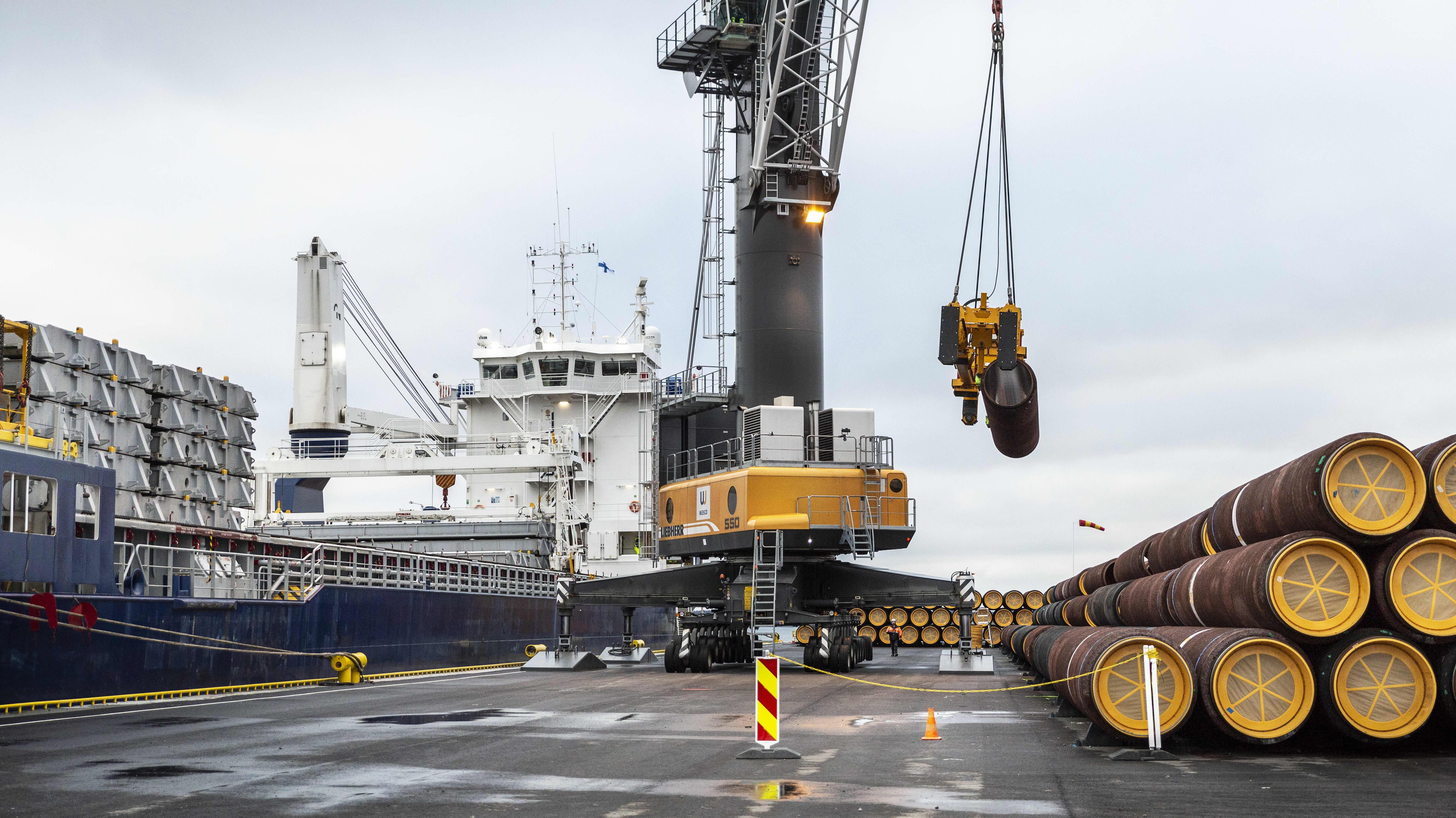Maakaasuputkia varastoituna Nordstream 2-projektin satamassa Lappohjassa etelä-Suomessa.