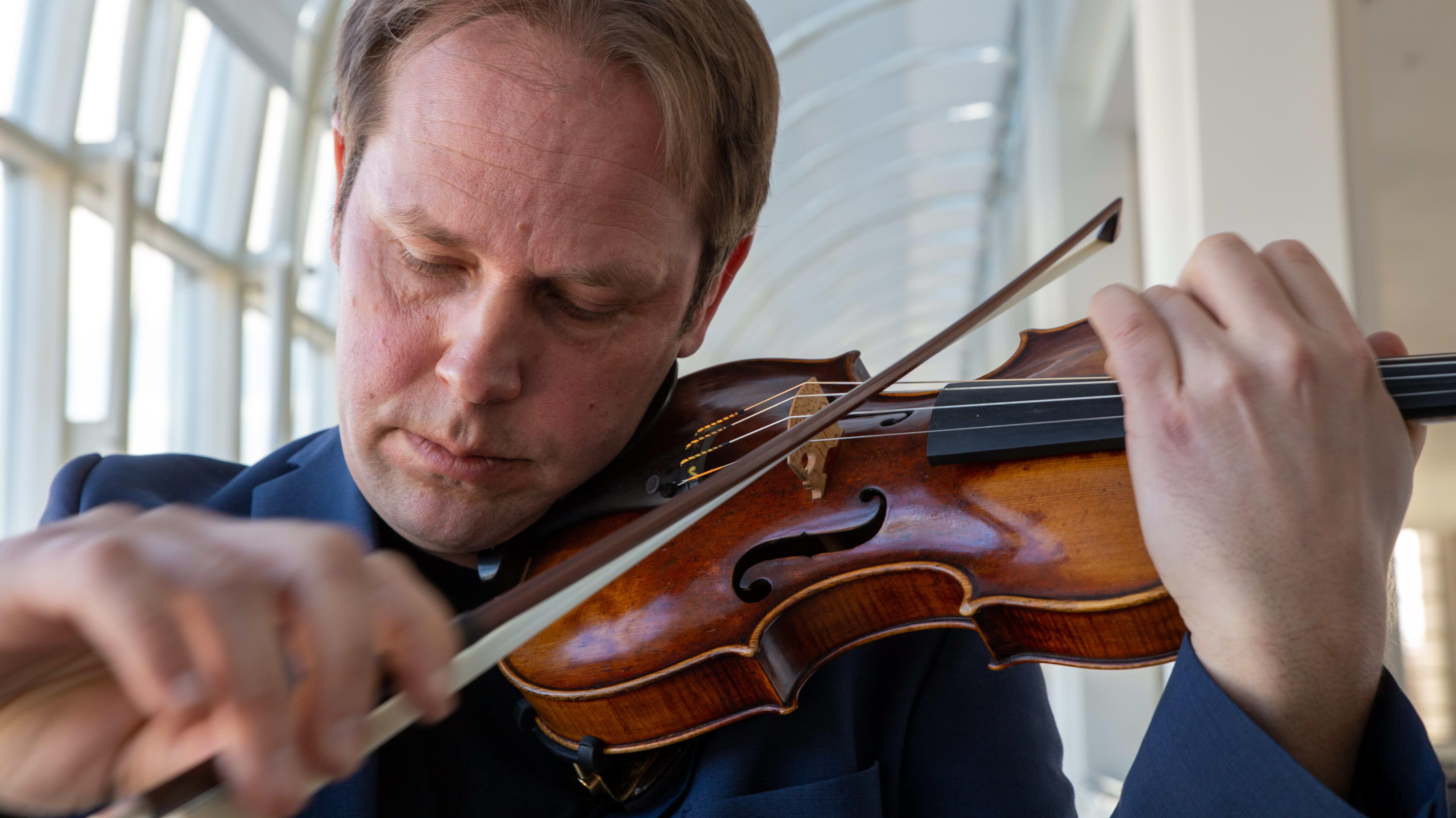 Konserttimestari Jukka Merjanen ja Montagnana-viulu.